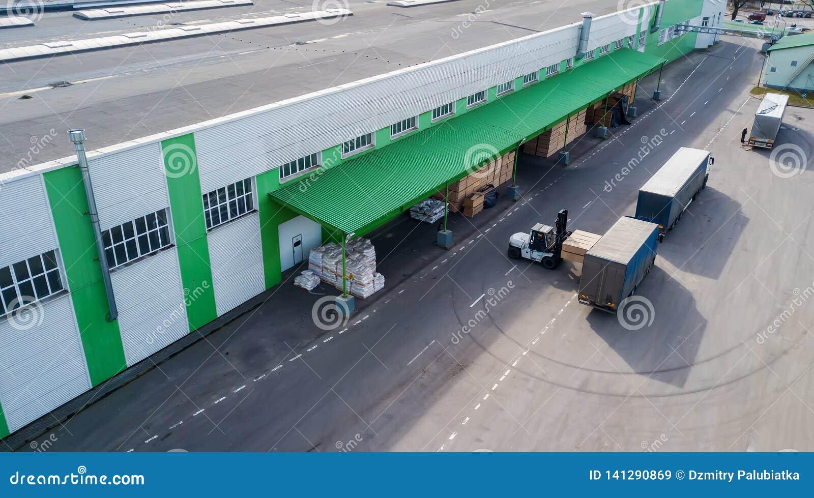 Download van de producten bij de fabriek in de vrachtwagen