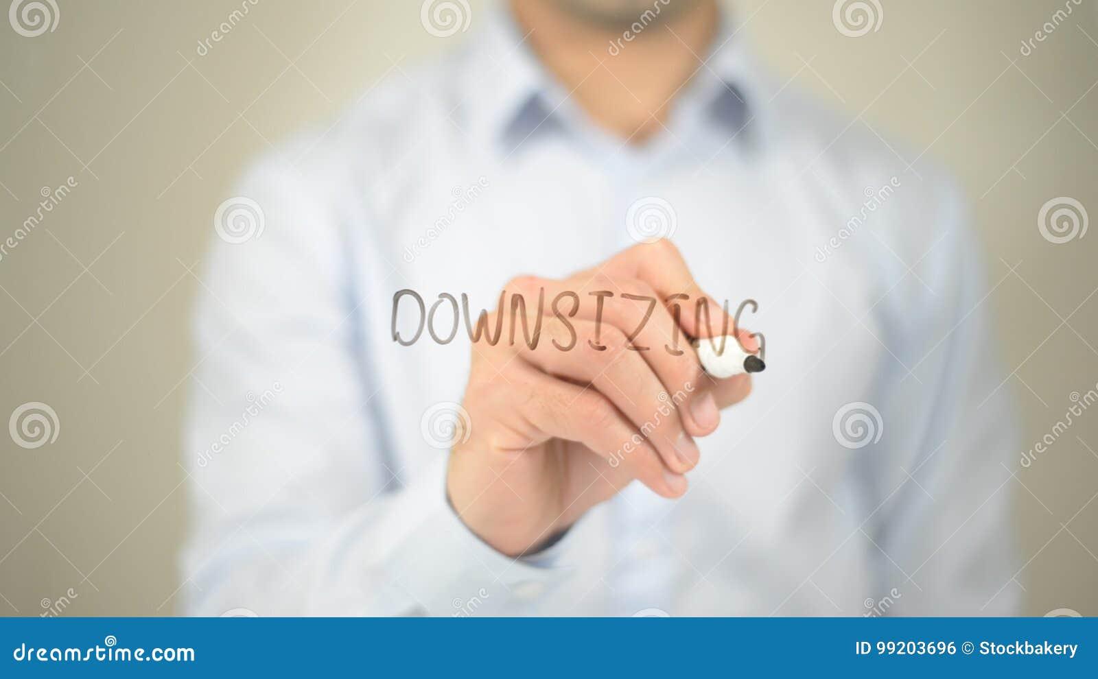 Downsizing, mężczyzna writing na przejrzystym ekranie