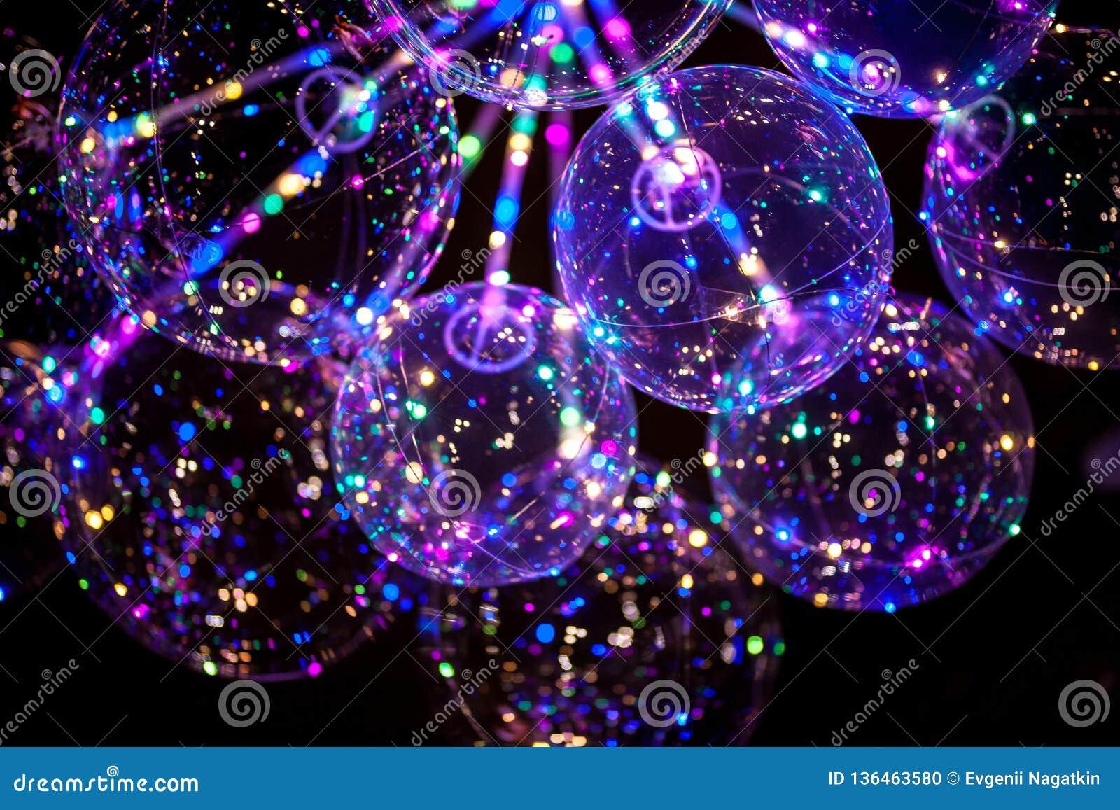 DOWODZONY balon z barwiącą świecącą girlandą