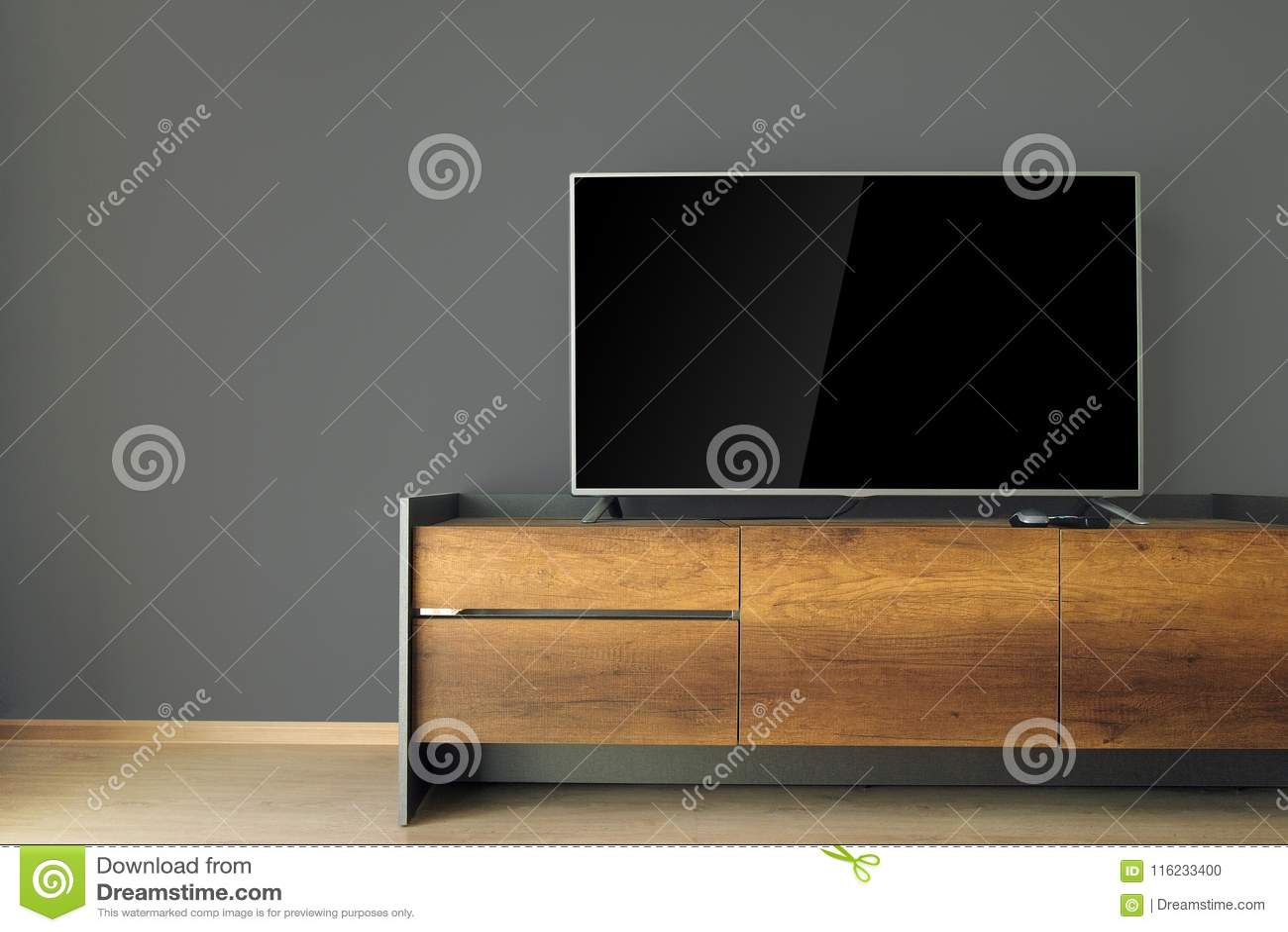 Dowodzony TV na TV stojaku z czerni ścianą