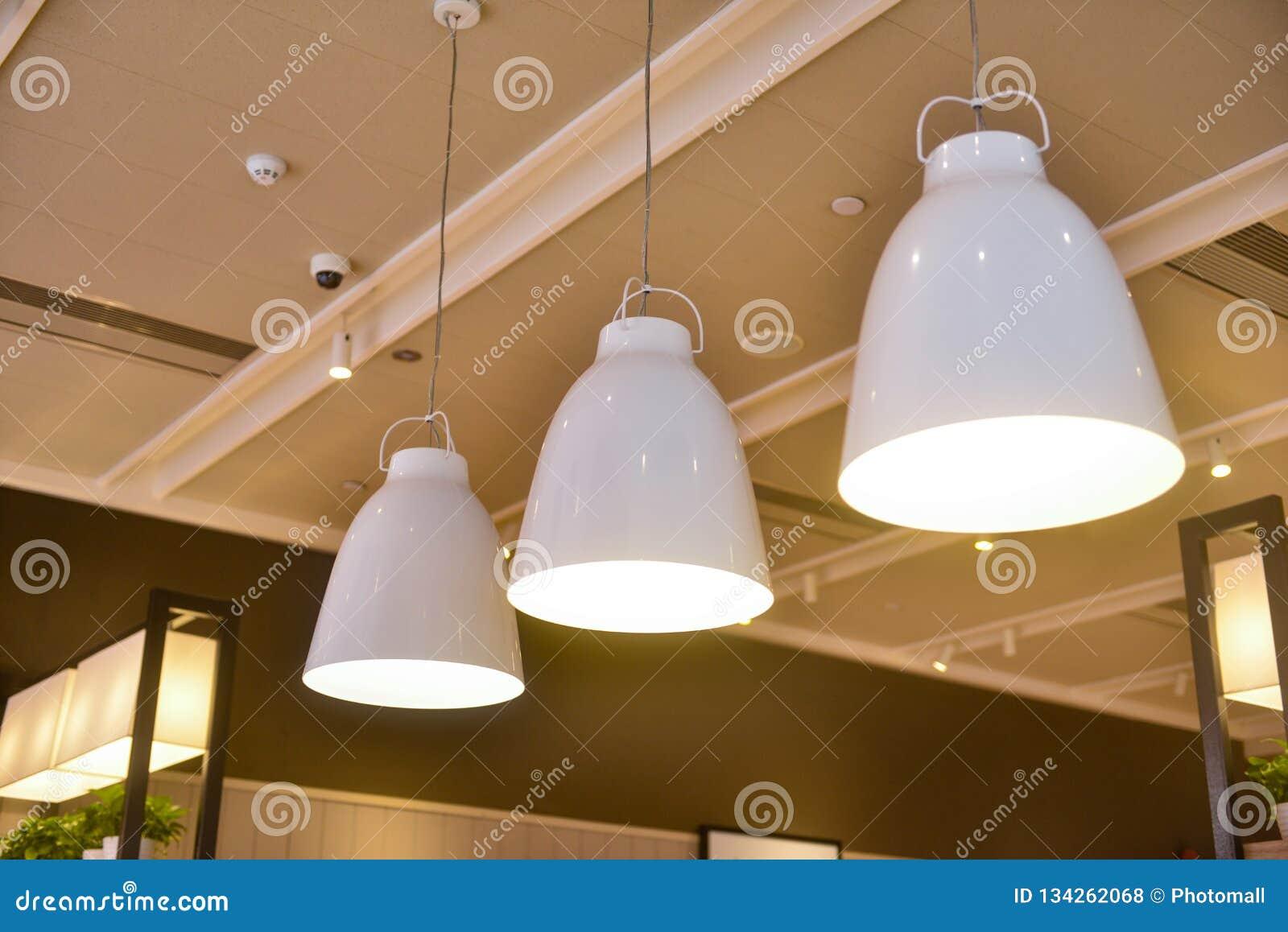 Dowodzony wiszący oświetlenie w handlowym budynku