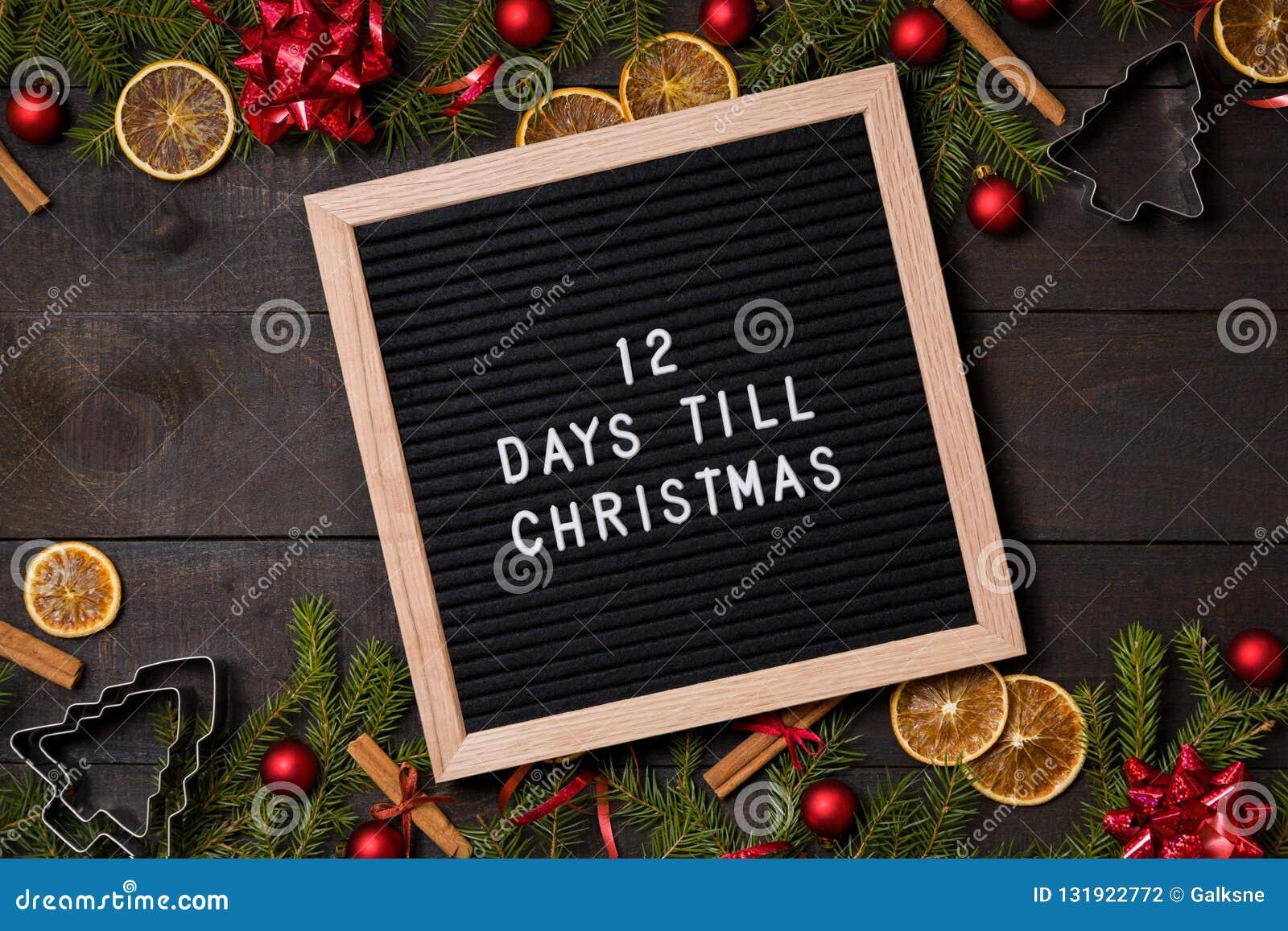 Doze dias até a placa da letra da contagem regressiva do Natal na madeira rústica escura