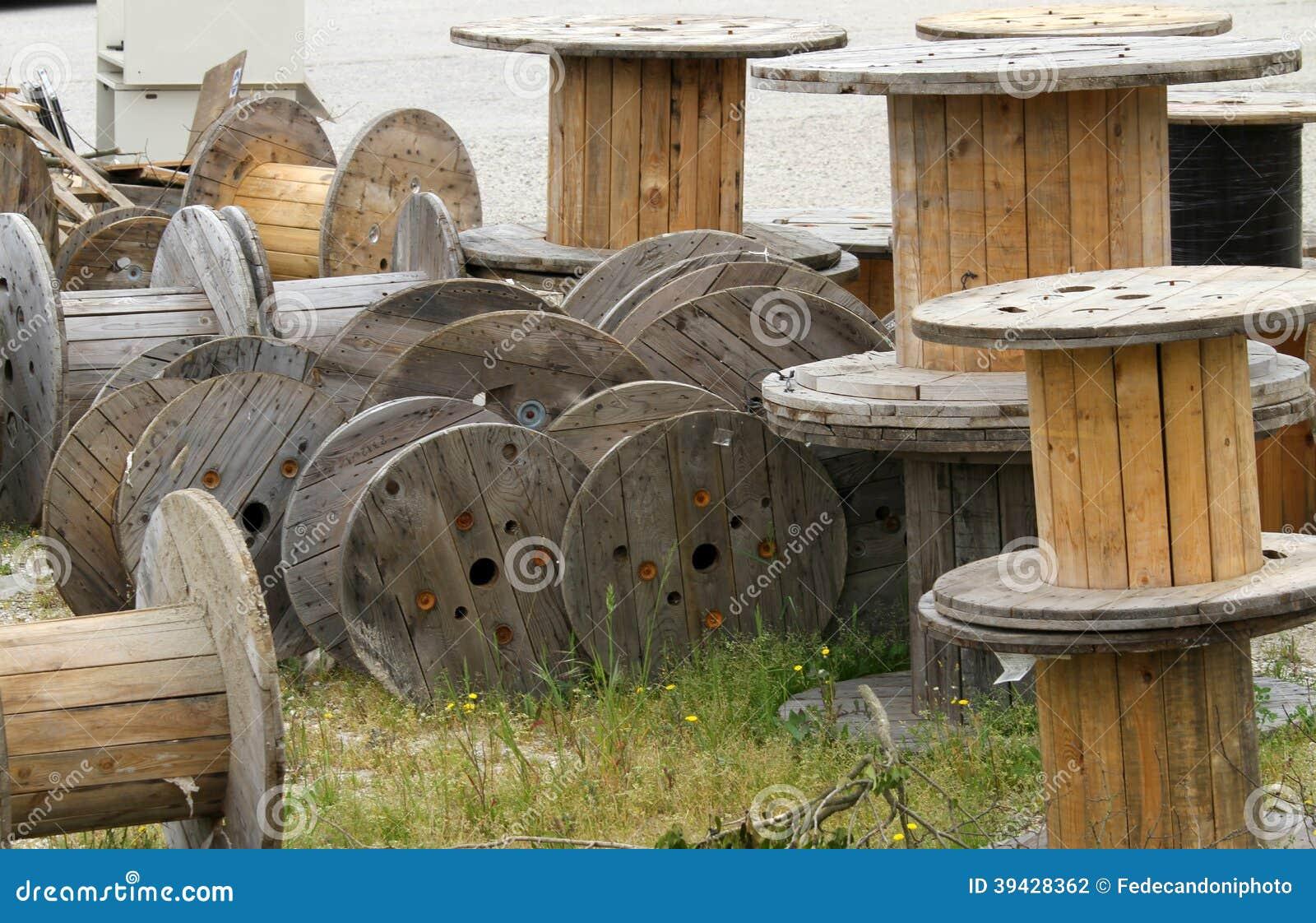 Dépôt En Bois De Bobines Pour Le Câble électrique Photo  ~ Enrouleur Cable Bois