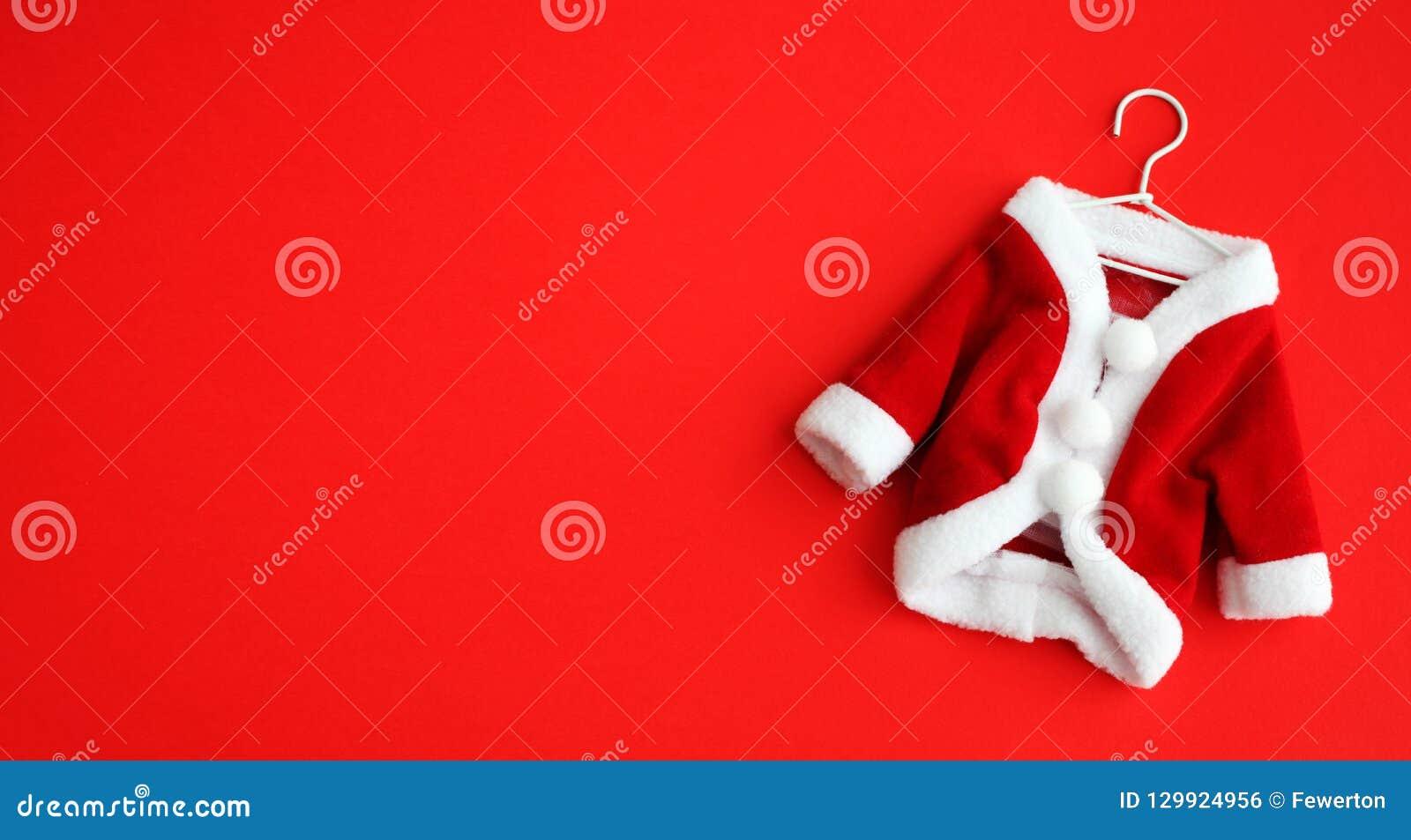 Dräkten för dräkten för det julbakgrundsSanta Claus Saint Nicholas lägger den mini- laget med vita manschetter framlänges isolera