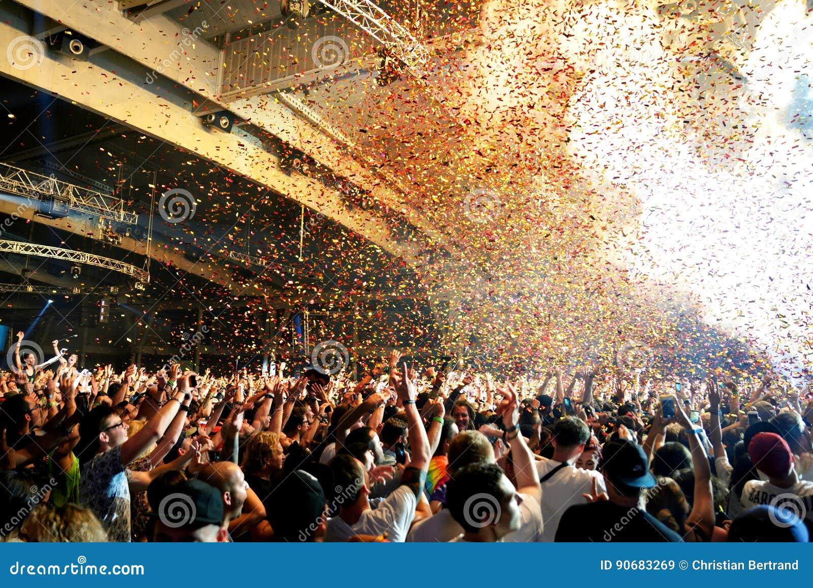 Drängen Sie Tanz in einem Konzert am Sonar-Festival