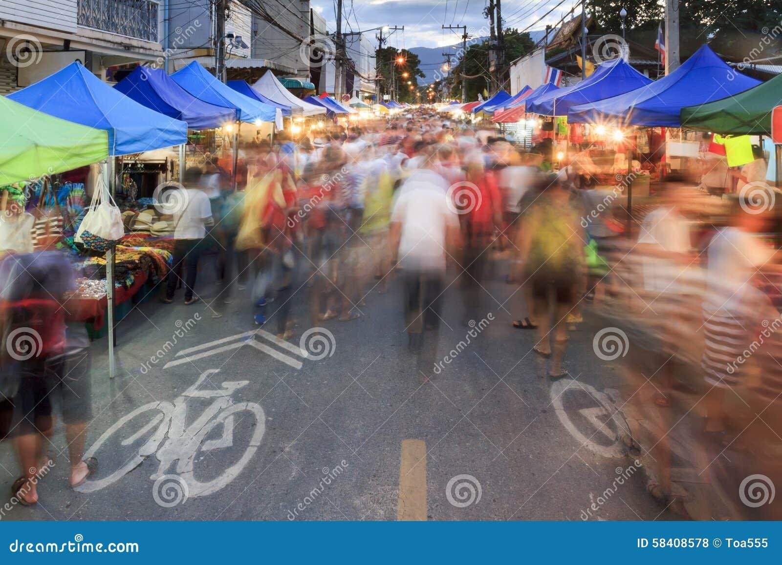 Drängt Touristen an gehendem Straßenmarkt Chiang Mai Sonntag