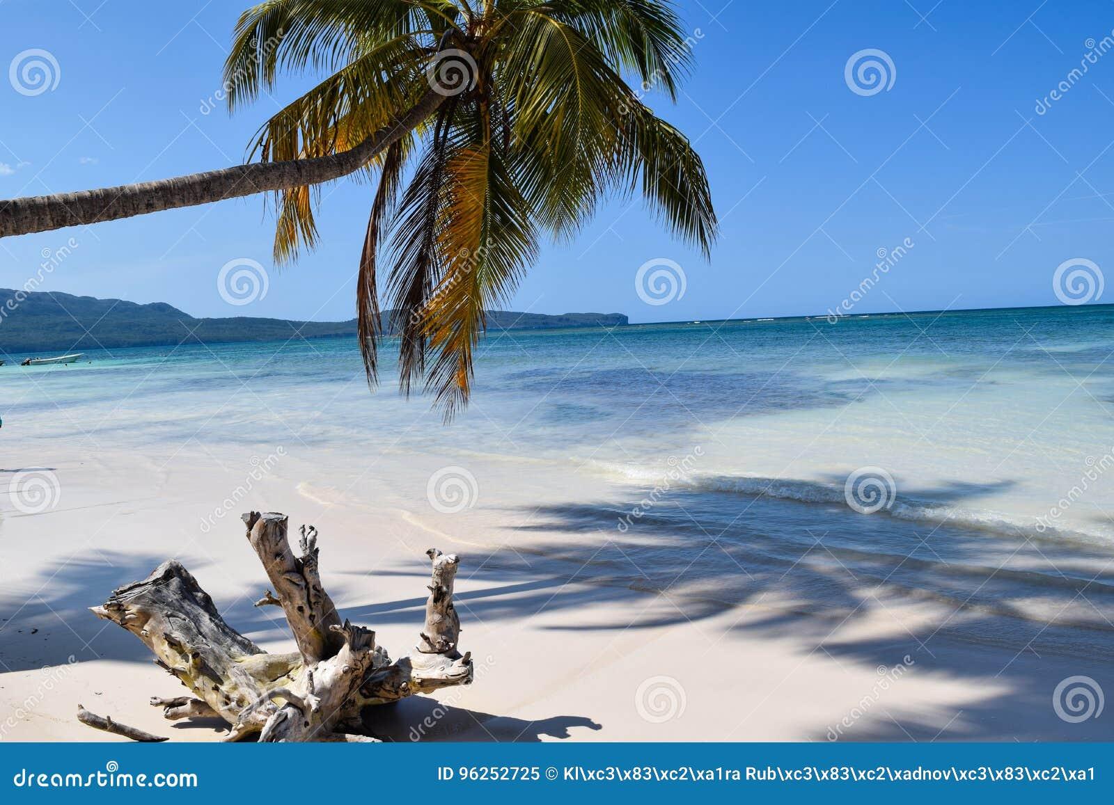 Dröm- strand med vit snad på karibiskt