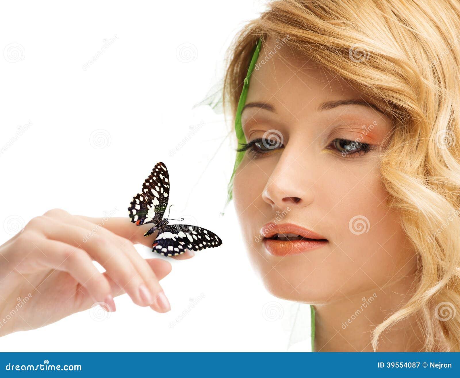Drömma den unga kvinnan med fjärilen