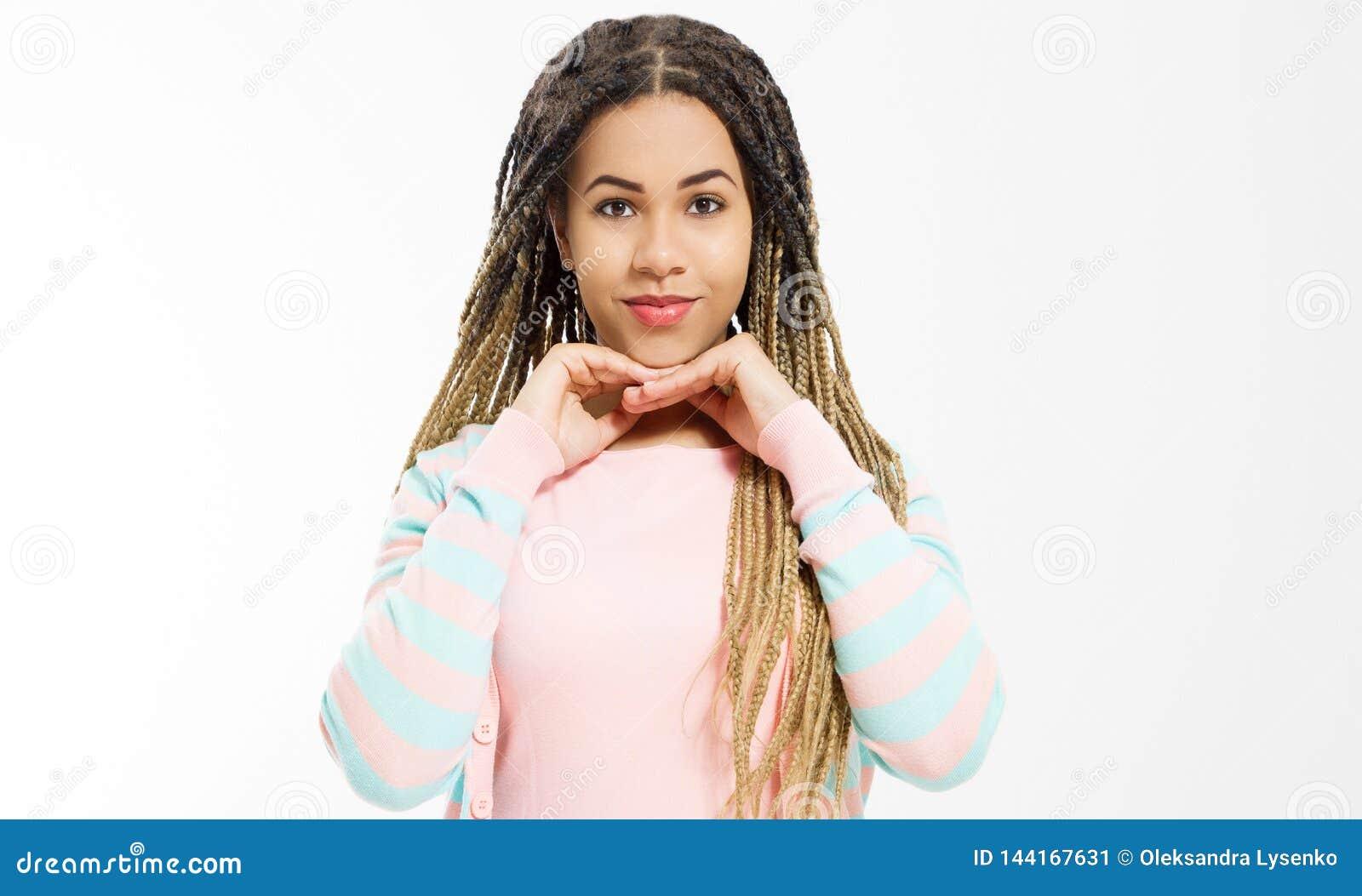Drömma och att göra ett önskabegrepp Afrikansk amerikanflicka i modekläder som isoleras på vit bakgrund Kvinnahipster med afro