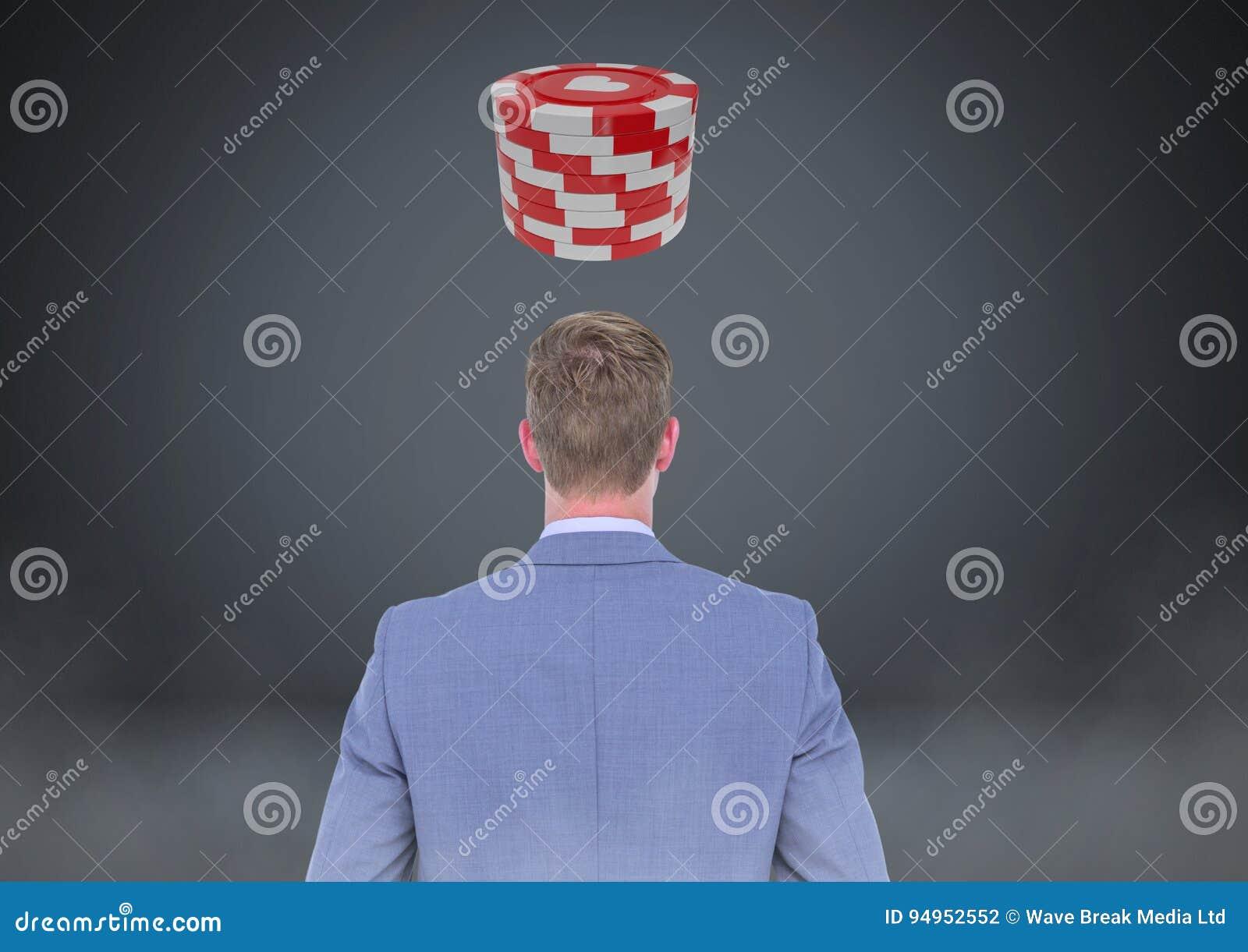 Dra tillbaka av mannen som ser kasinopokerchiper