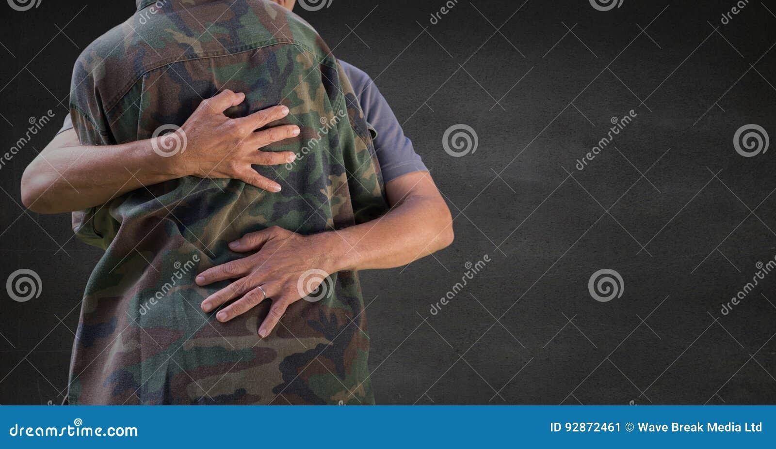 Dra tillbaka av soldaten som kramar mot den gråa väggen