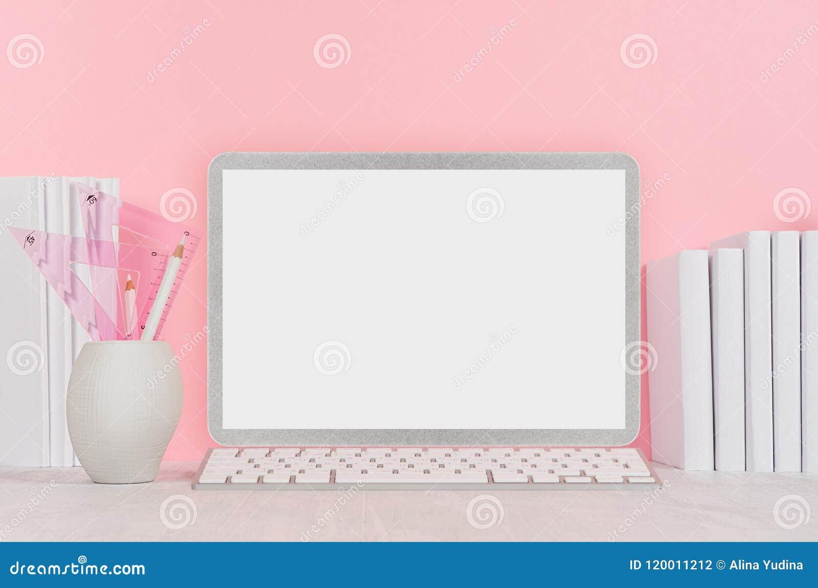Dra tillbaka till skolabakgrund för flicka` s - vit brevpapper, tom bärbar datordator och böcker på det mjuka rosa vägg- och vitt