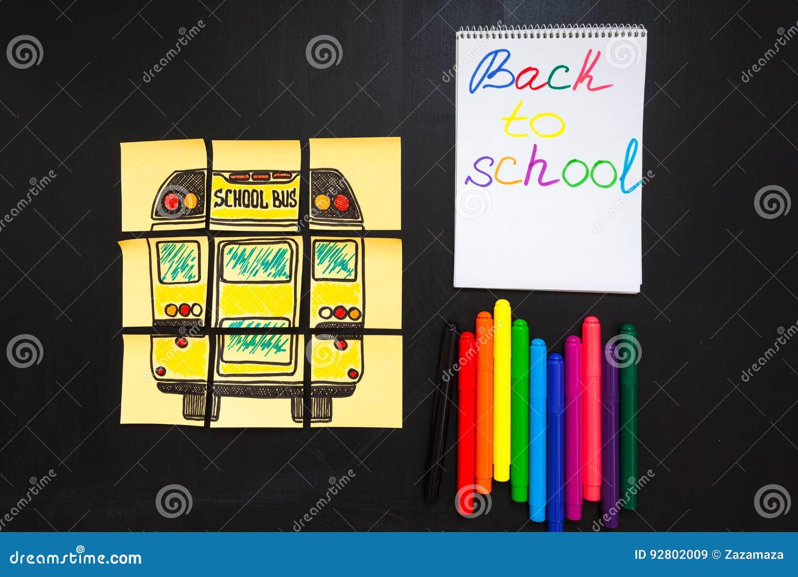 Dra tillbaka till skolabakgrund med titel` tillbaka till skola`- och `-skolbuss` som är skriftlig på de gula styckena av papper,