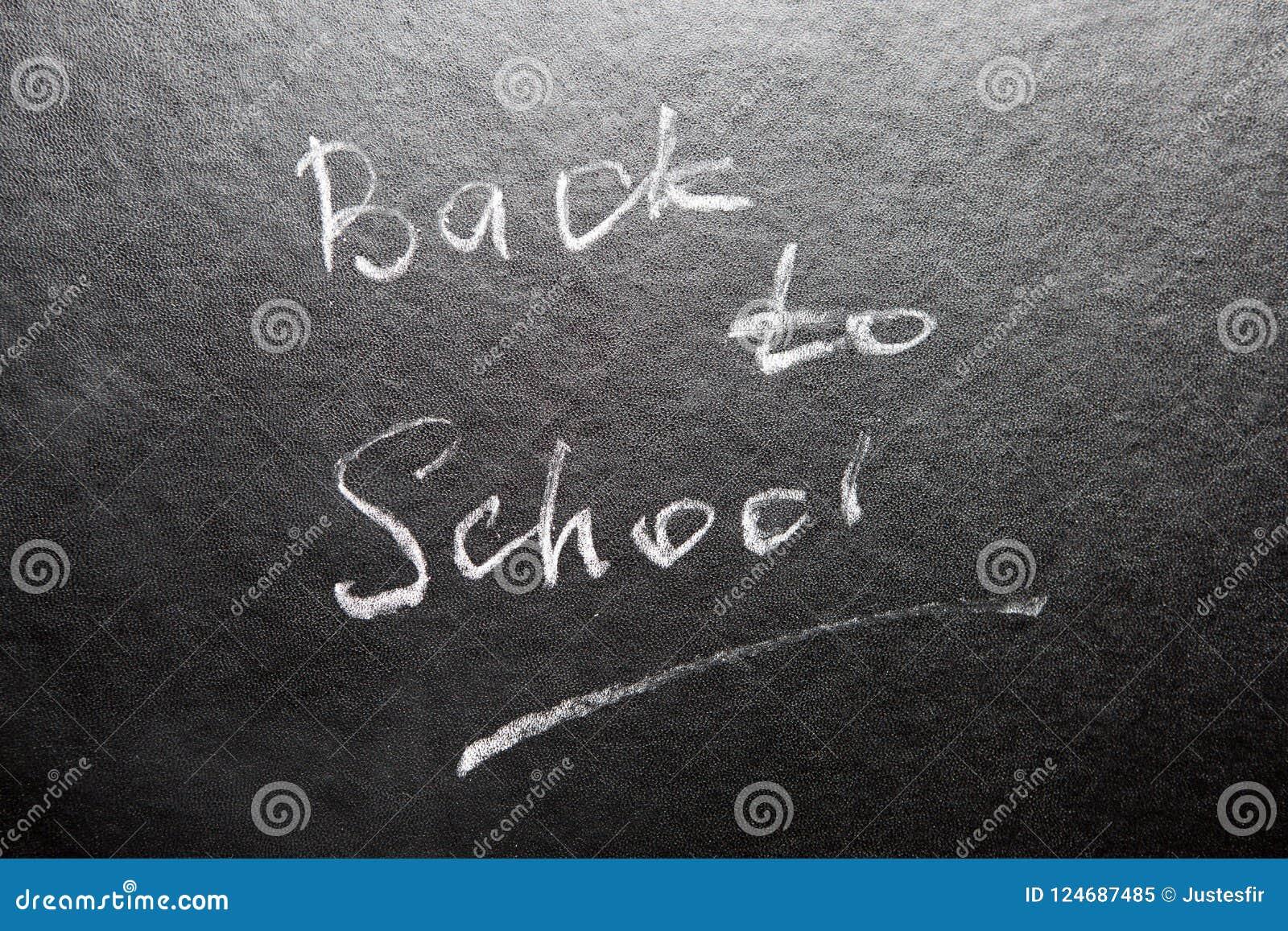 Dra tillbaka till skolan - ord på svart tavla med krita
