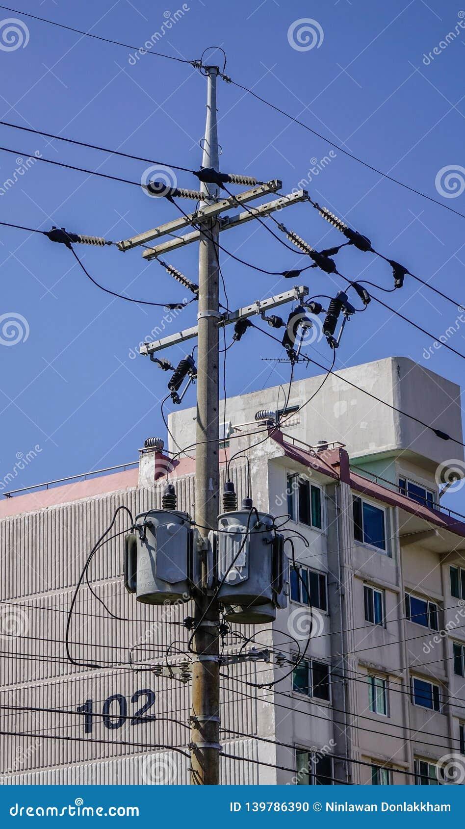 Draad elektrische pyloon onder de blauwe hemel