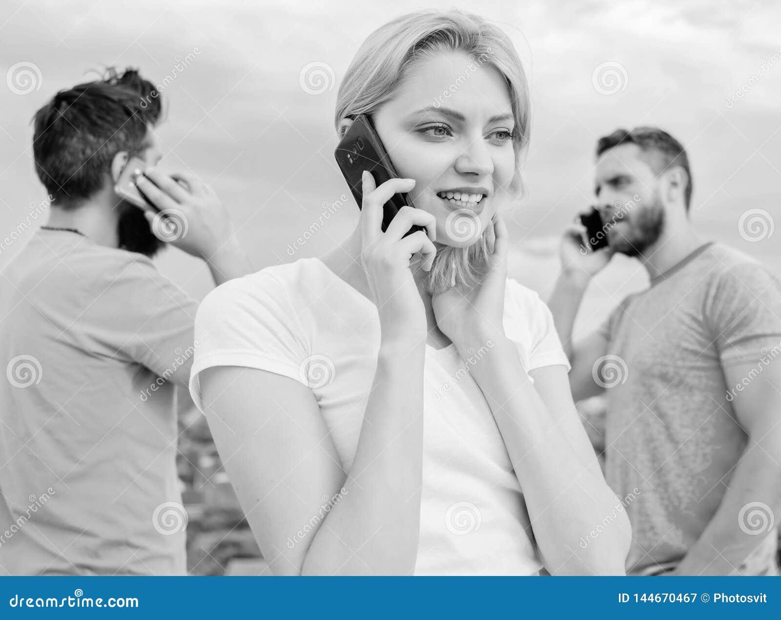 Draadloze mededeling Mensen en Technologie Groep vrienden die op celtelefoons spreken Moderne mensen met smartphones