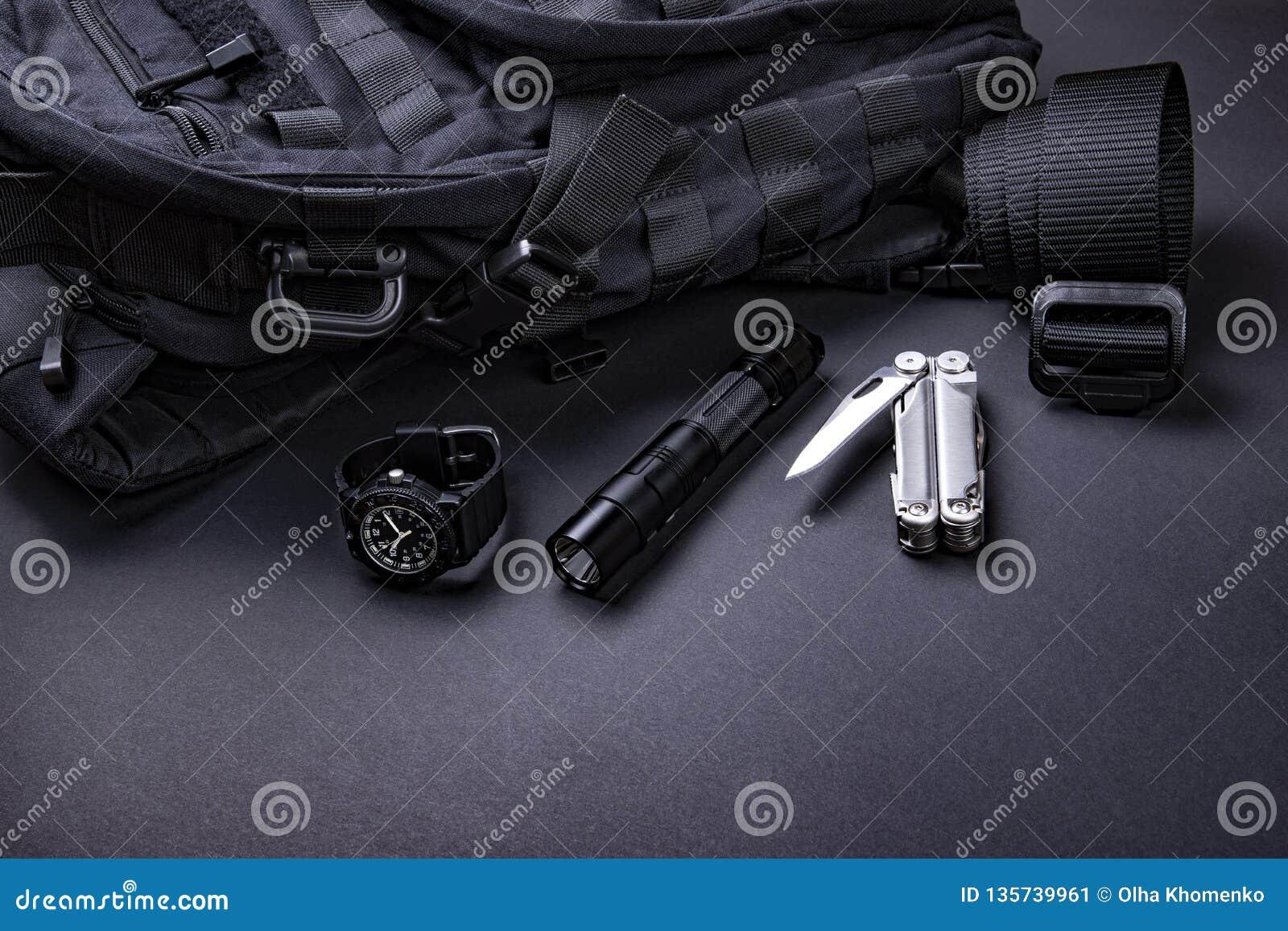 Draag EDC elke dag punten voor mensen in zwarte kleur - rugzak, tactische riem, flitslicht, horloge en verzilver multihulpmiddel