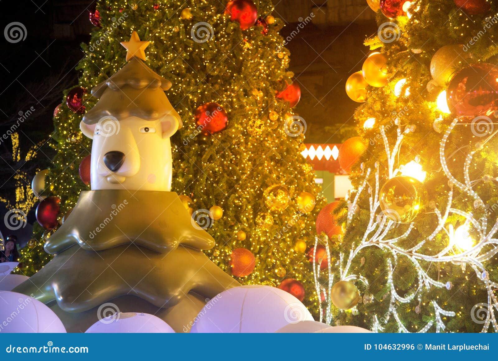 Download Draag Standbeeld En Kerstbomendecoratie Bij Kerstmis En Nieuwjaarviering Redactionele Foto - Afbeelding bestaande uit redactie, vermaak: 104632996