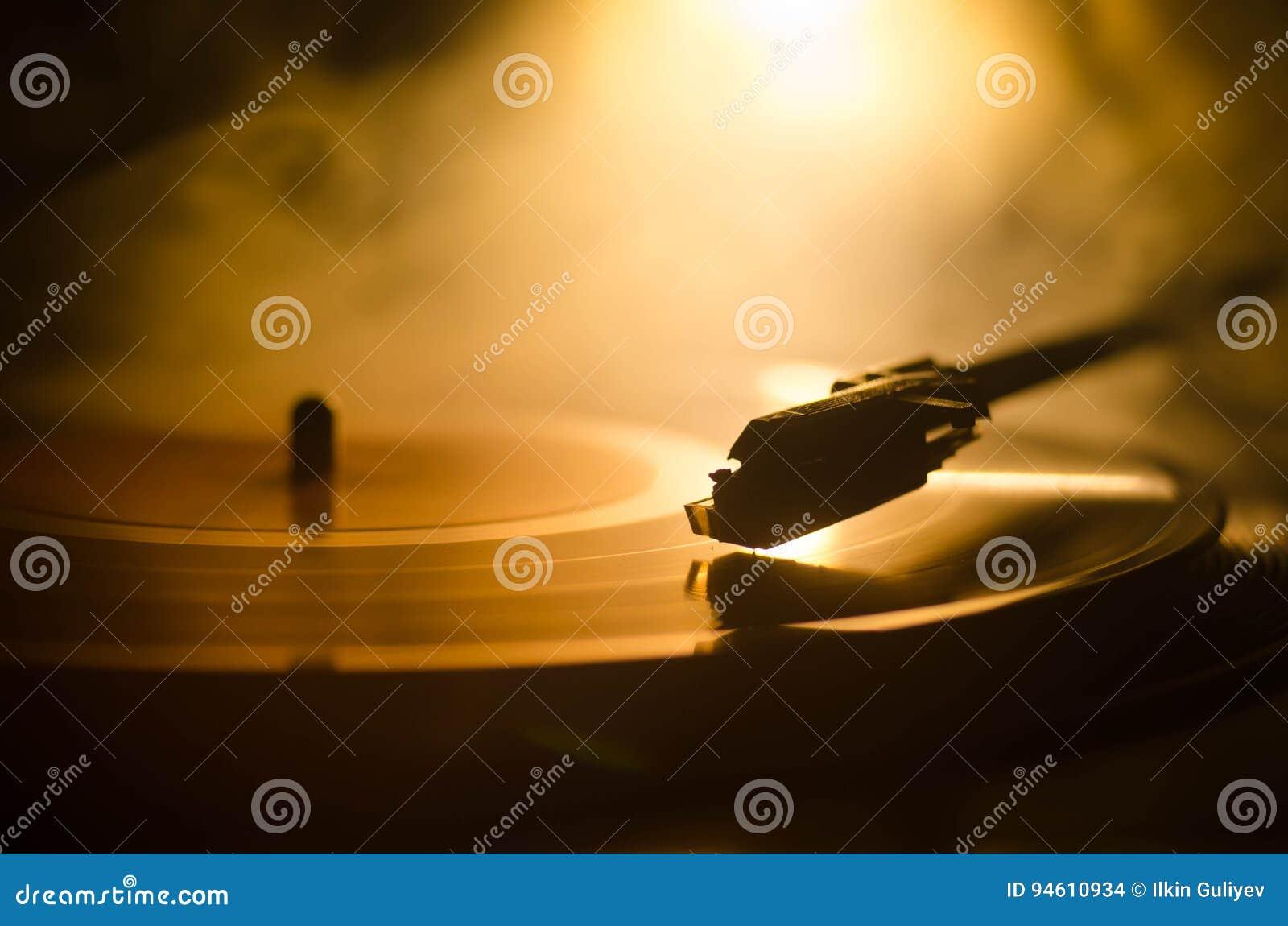 Draaischijf vinylplatenspeler Retro audiomateriaal voor deejay Correcte technologie voor DJ om muziek te mengen te spelen Het vin