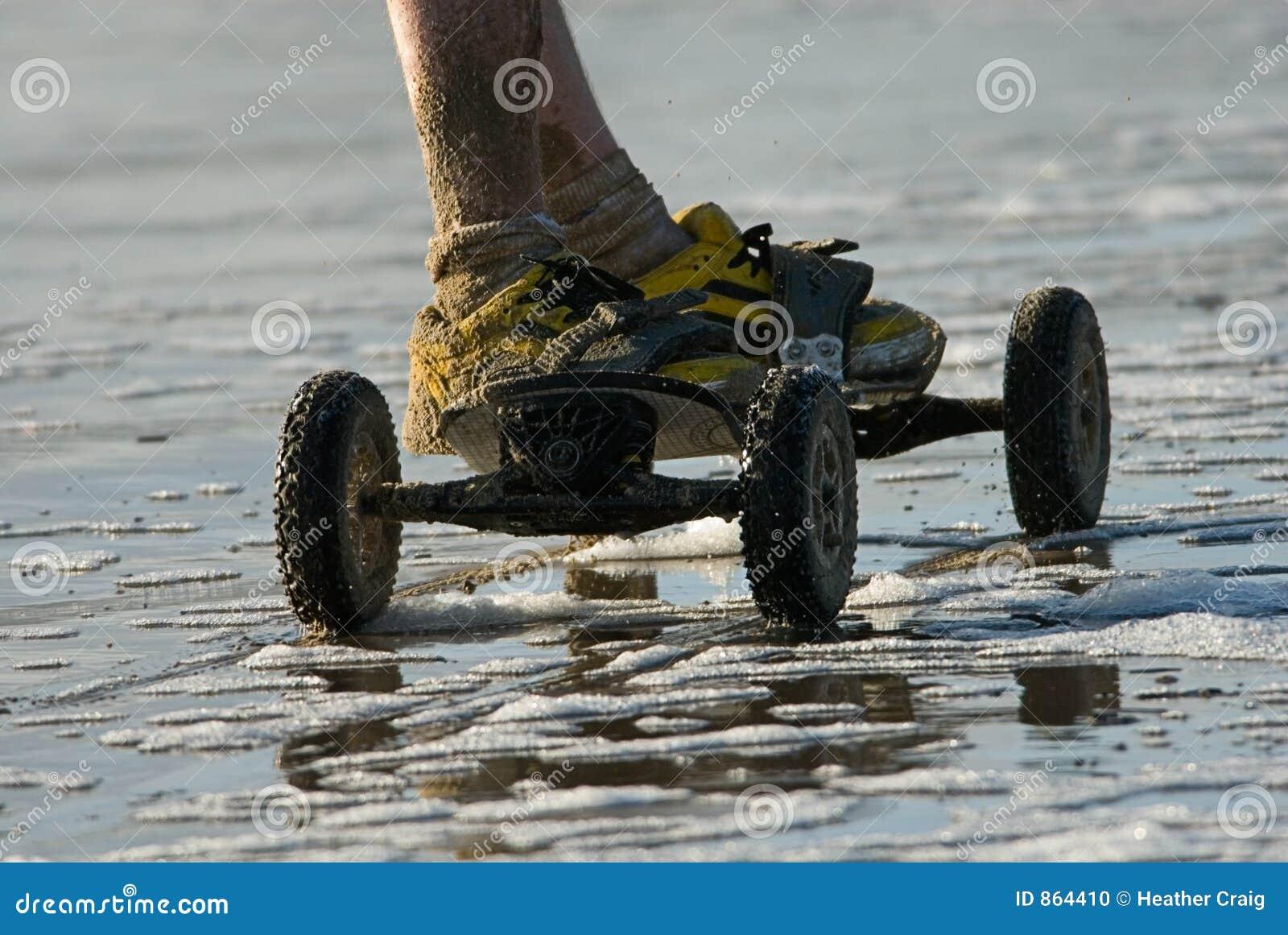 Drachen-Skateboard und gelbe Schuhe
