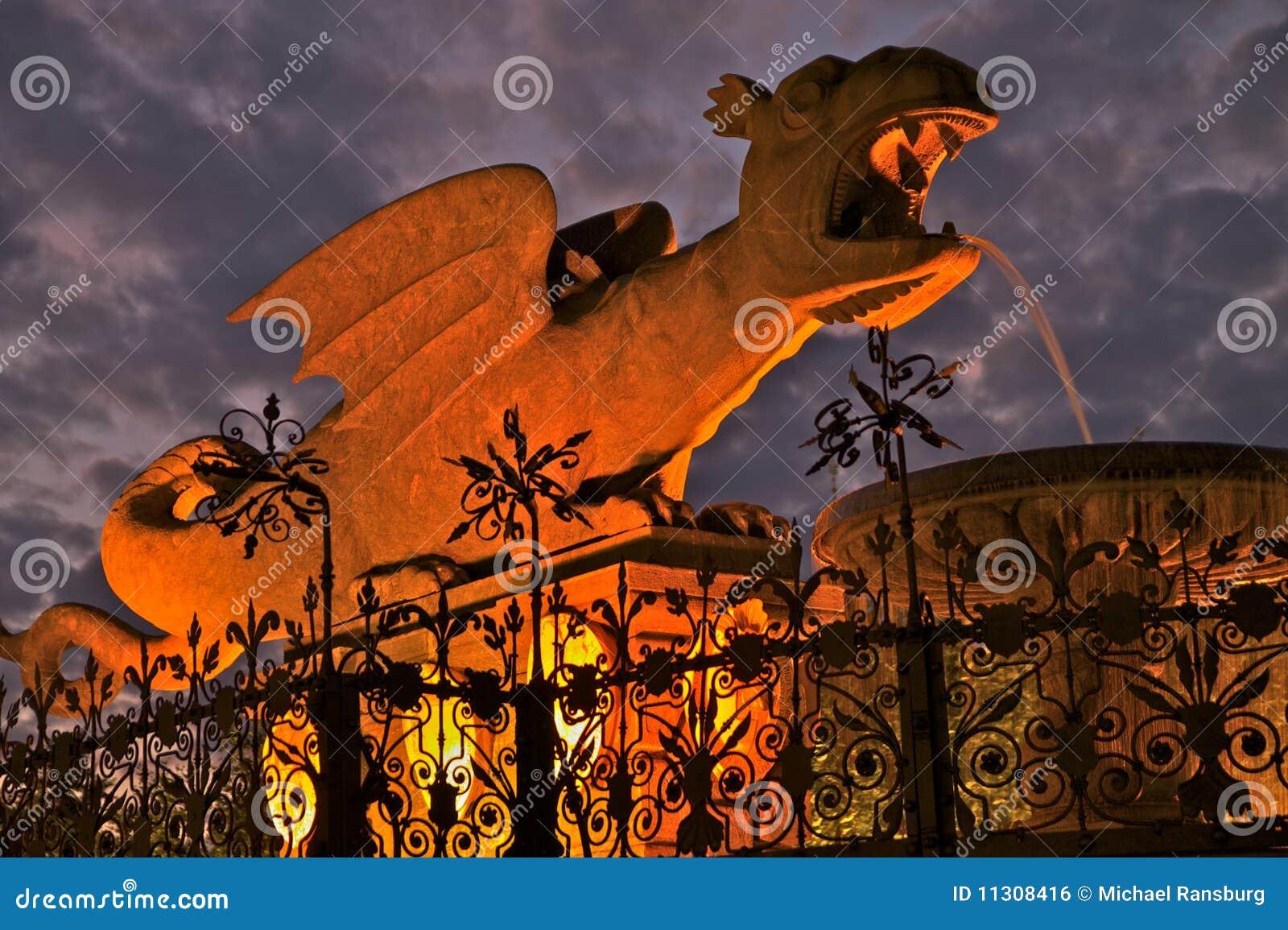 Dracheskulptur nachts