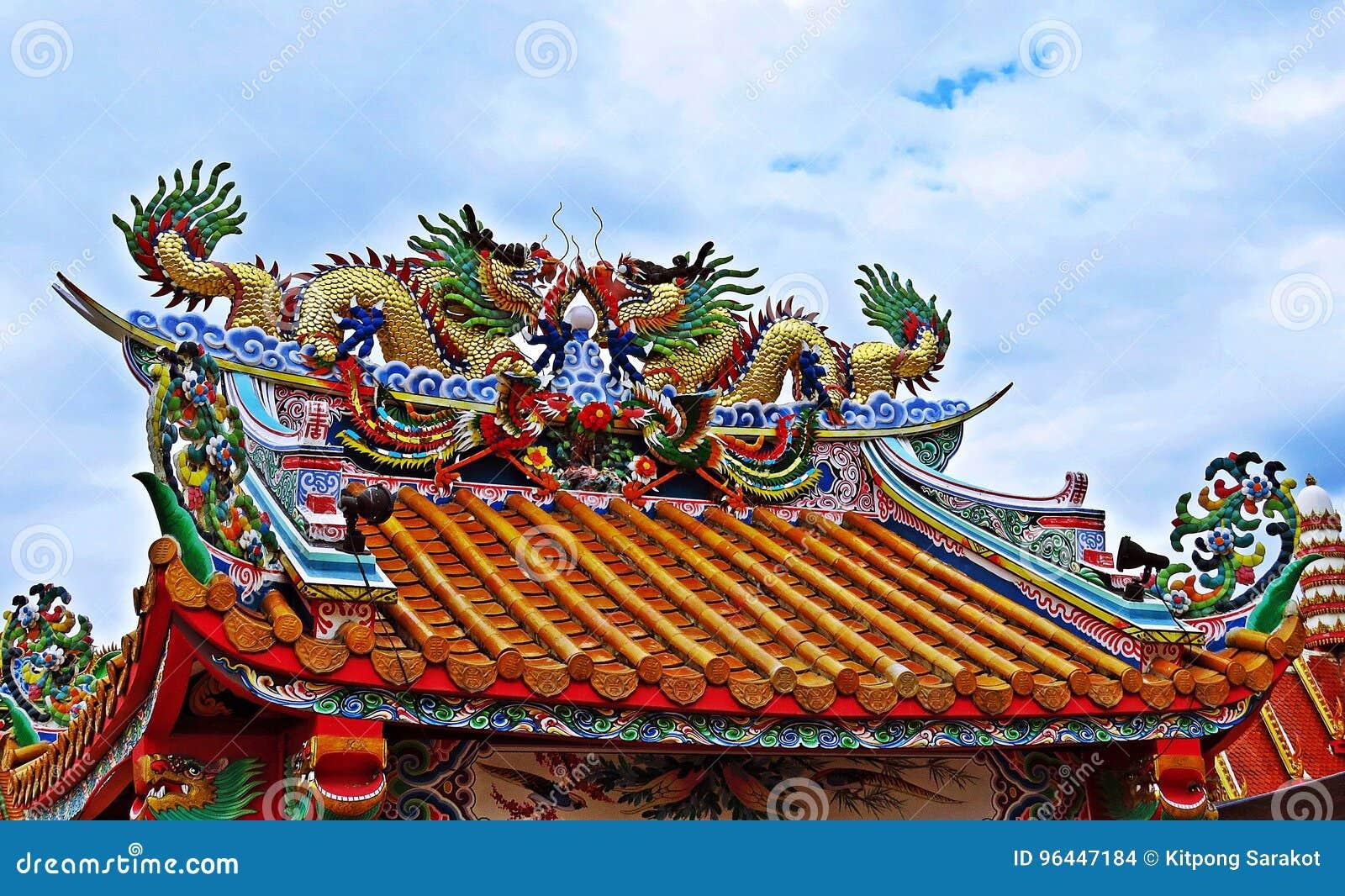 Drachestatue, die chinesisches Tempeldach in Thailand fliegt