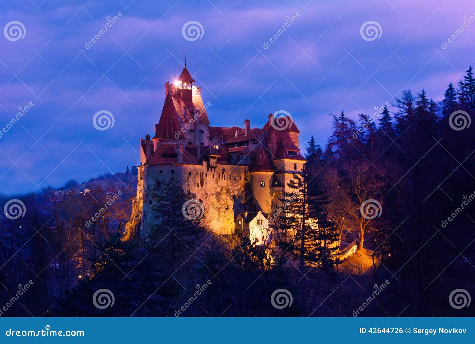 Dracula kasztel z światłami przy nocą w Rumunia