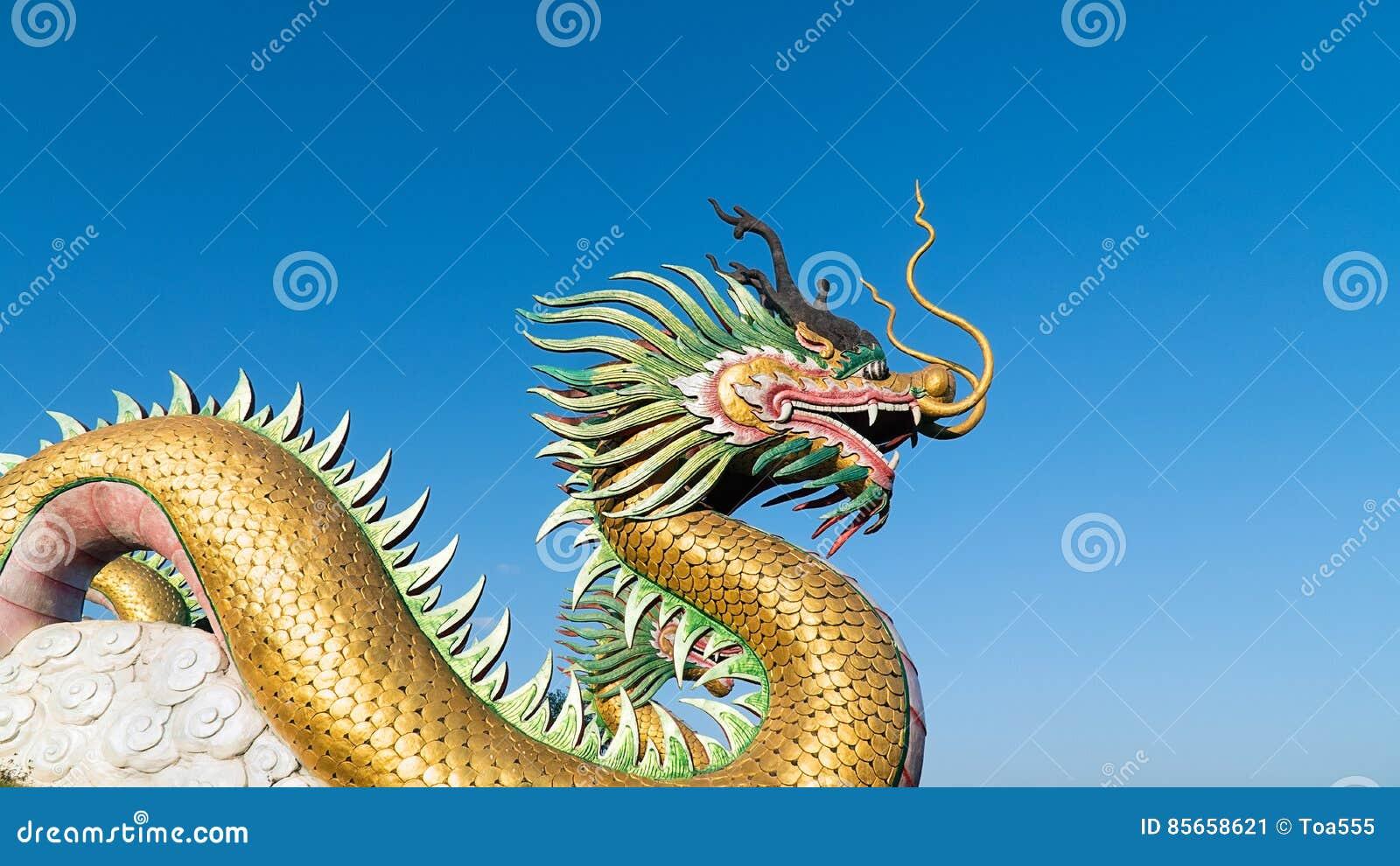 Dragón chino con el cielo