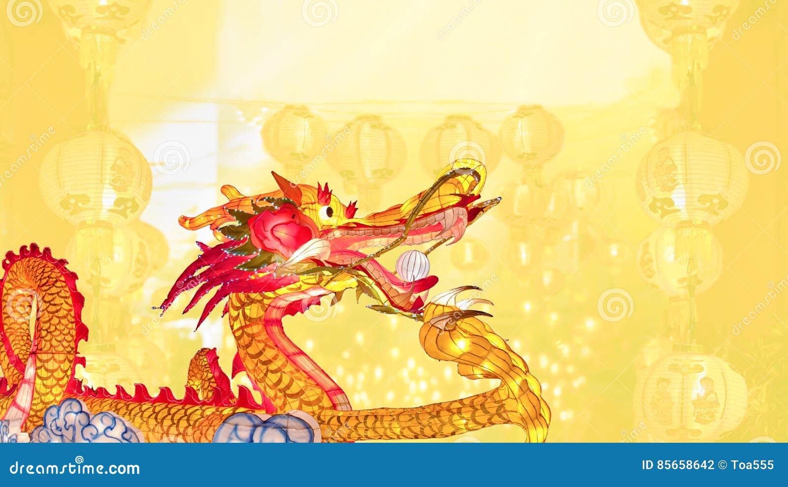 Dragón chino del Año Nuevo con las linternas