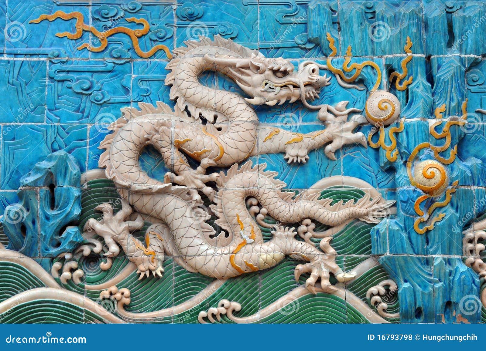 Dragón Chino, Símbolo De La Potencia (blanco Coloreado) Foto de ...