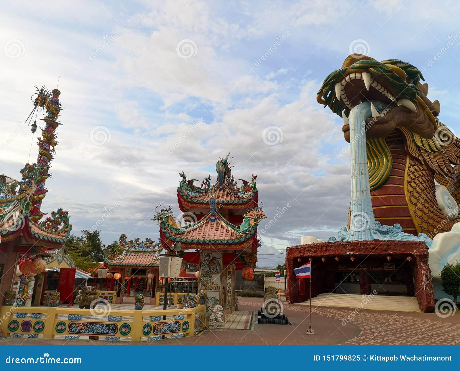 Dragón divino y la capilla principal de la ciudad en Suphan Buri cuando el cielo es brillante Dragón divino y la capilla principa