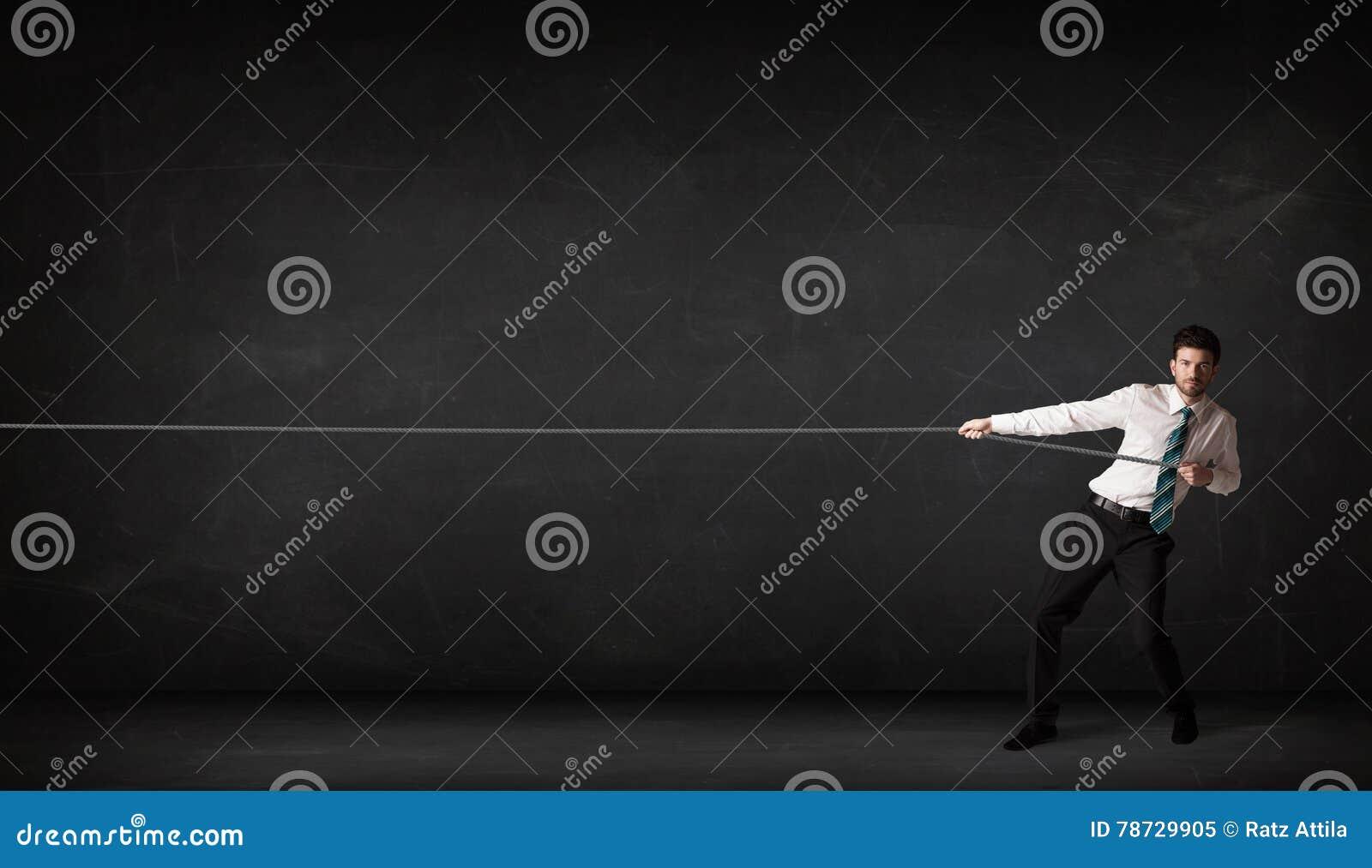Dragande rep för affärsman på grå bakgrund