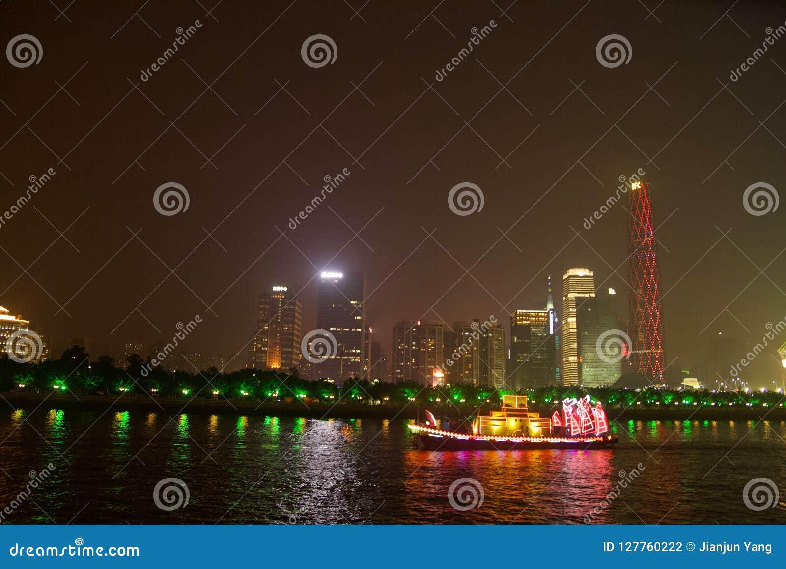 Dragon Boat in Canton Cina