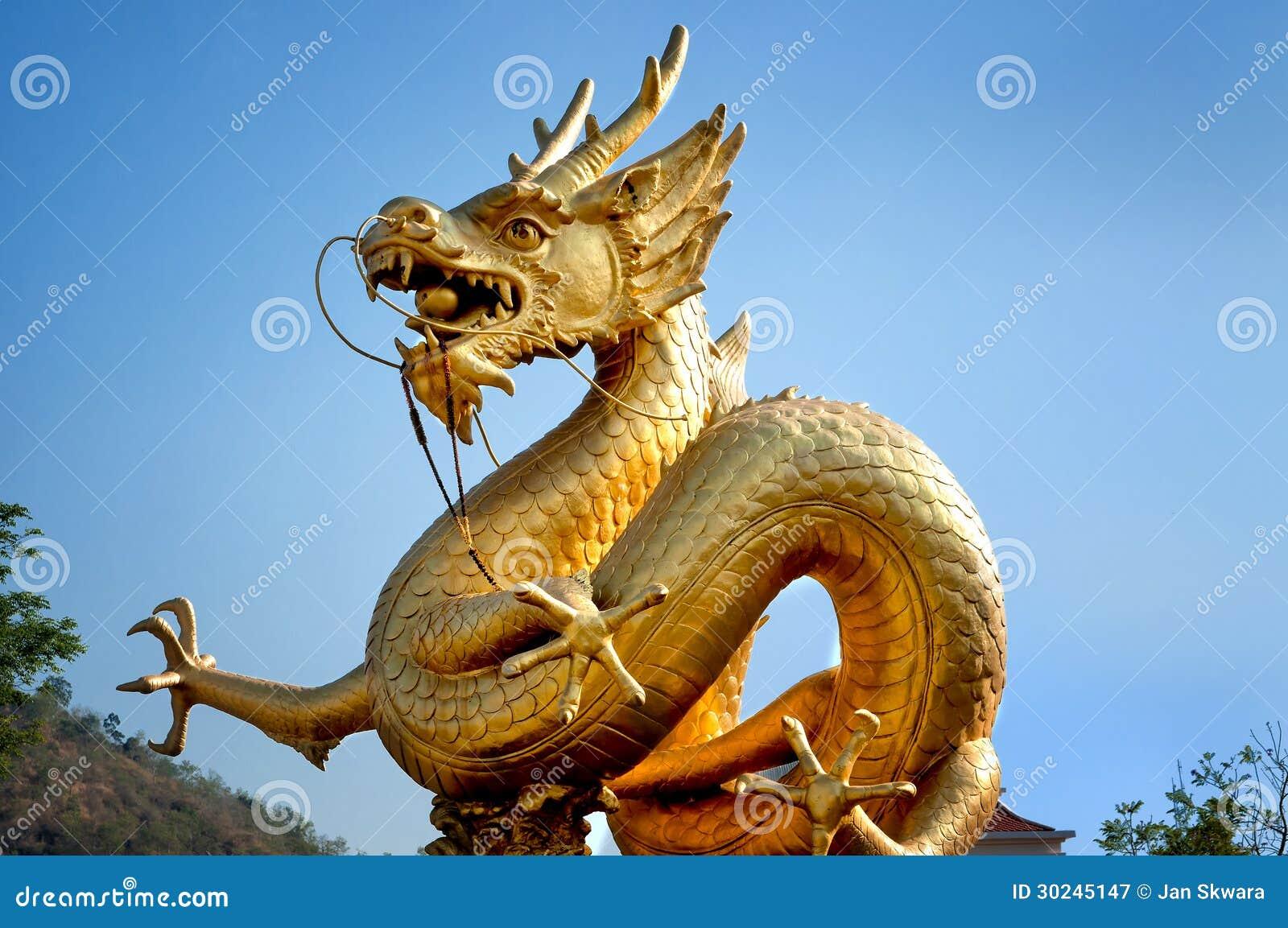 dragon d 39 or au dessus de ciel bleu image stock image du statue c l bration 30245147. Black Bedroom Furniture Sets. Home Design Ideas