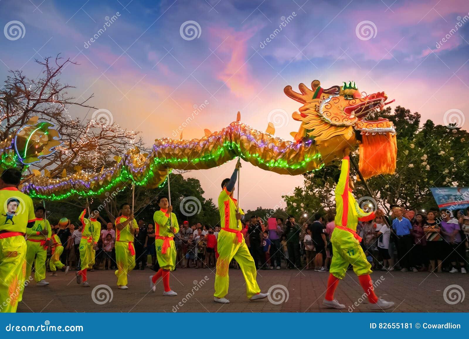 Dragon Dance em uma celebração chinesa do ` s do ano novo