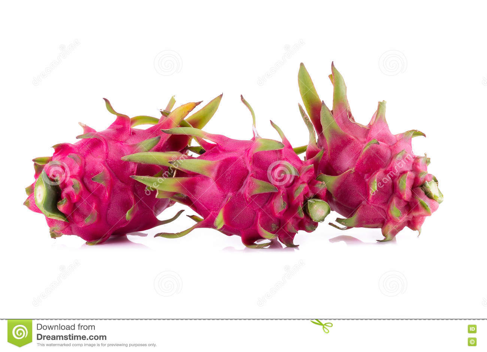 Dragon Fruit vivo e vibrante isolato su fondo bianco