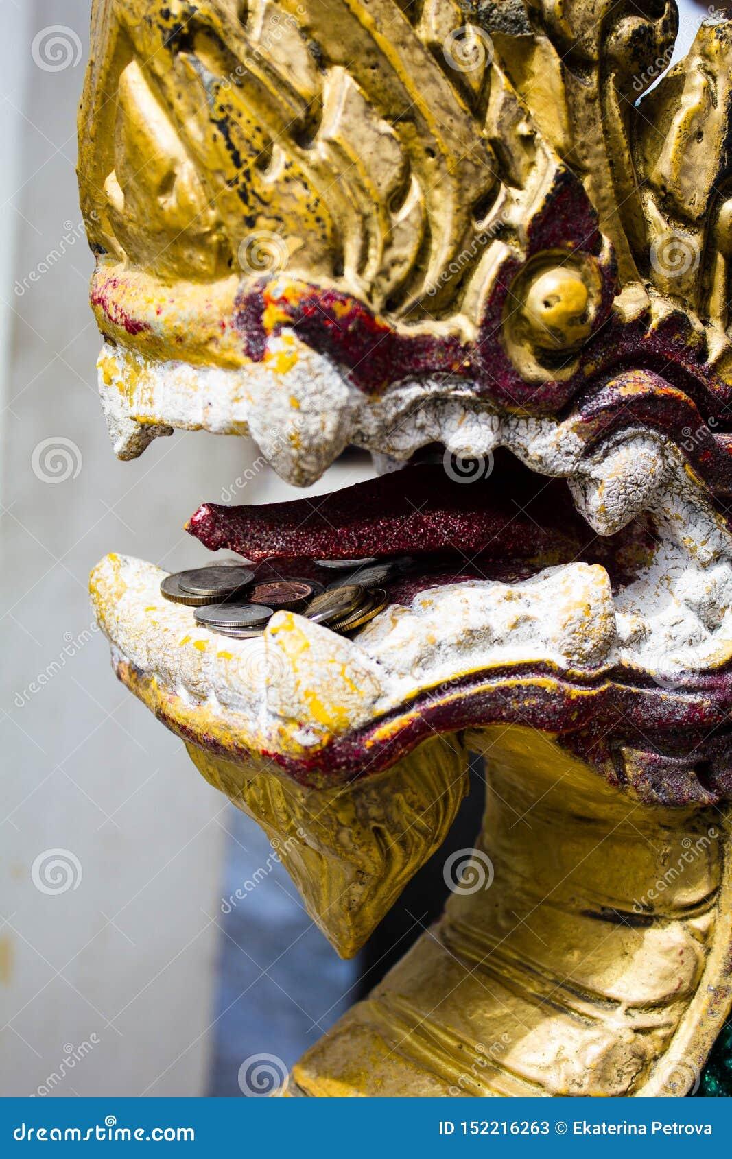 Dragon Laos Buddhist forntida skulptur Guld- drakehuvudcloseup i Thailand i templet