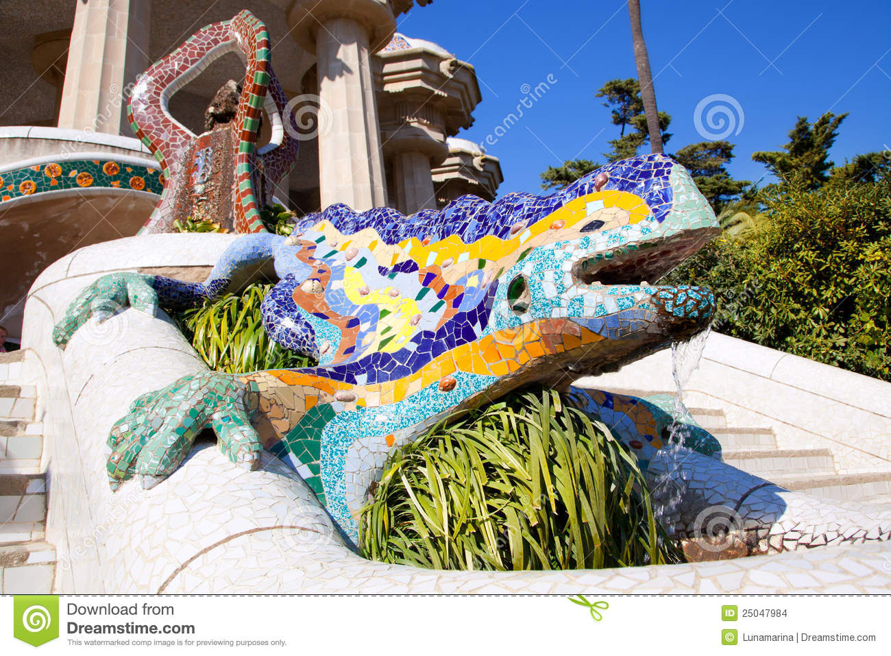 Dragon salamandra of gaudi in park guell stock photo for Salamandra barcelona