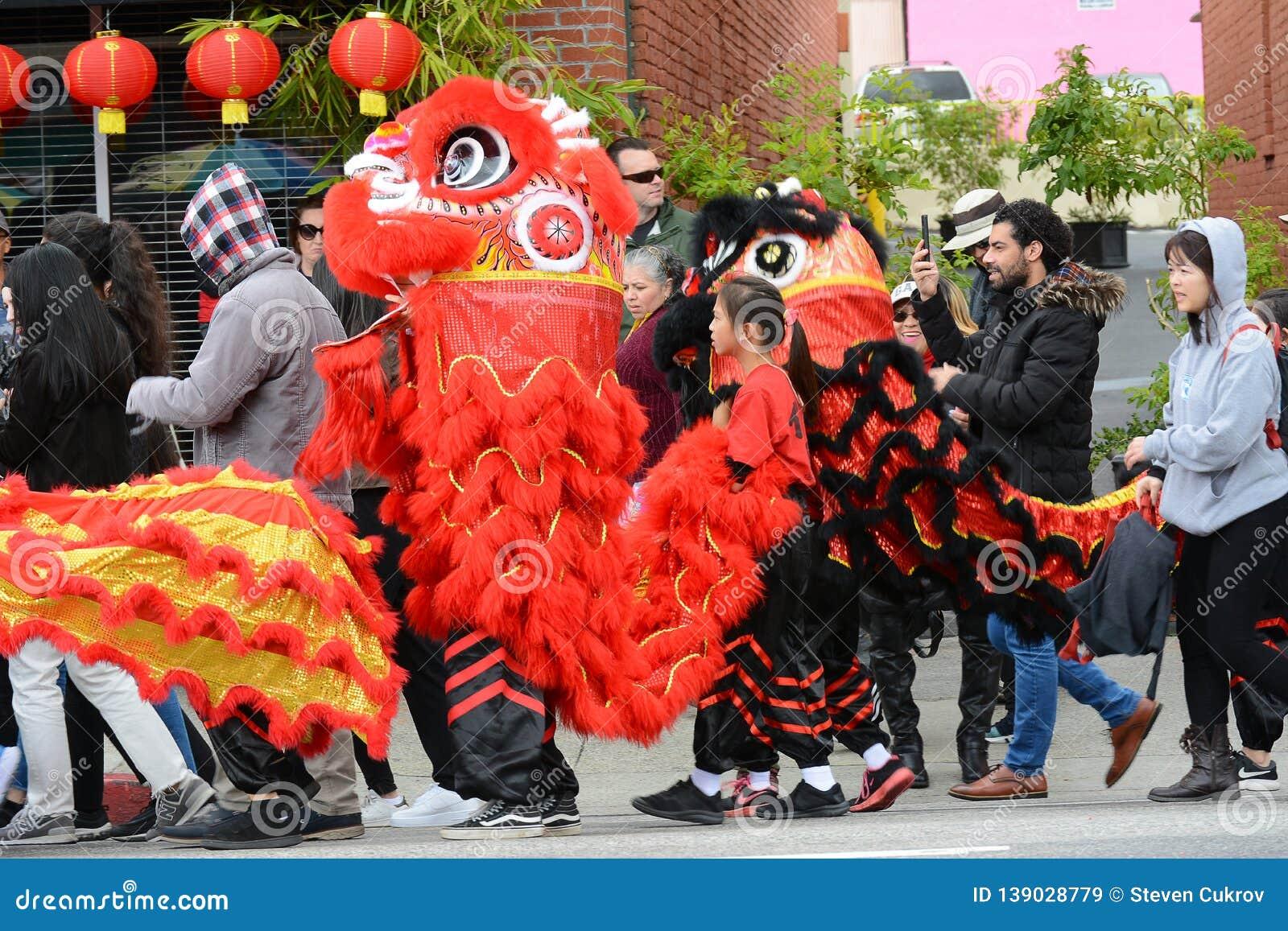 Dragones chinos, el símbolo de la energía de la ji y buena fortuna, en Dragon Parade de oro, celebrando el Año Nuevo chino