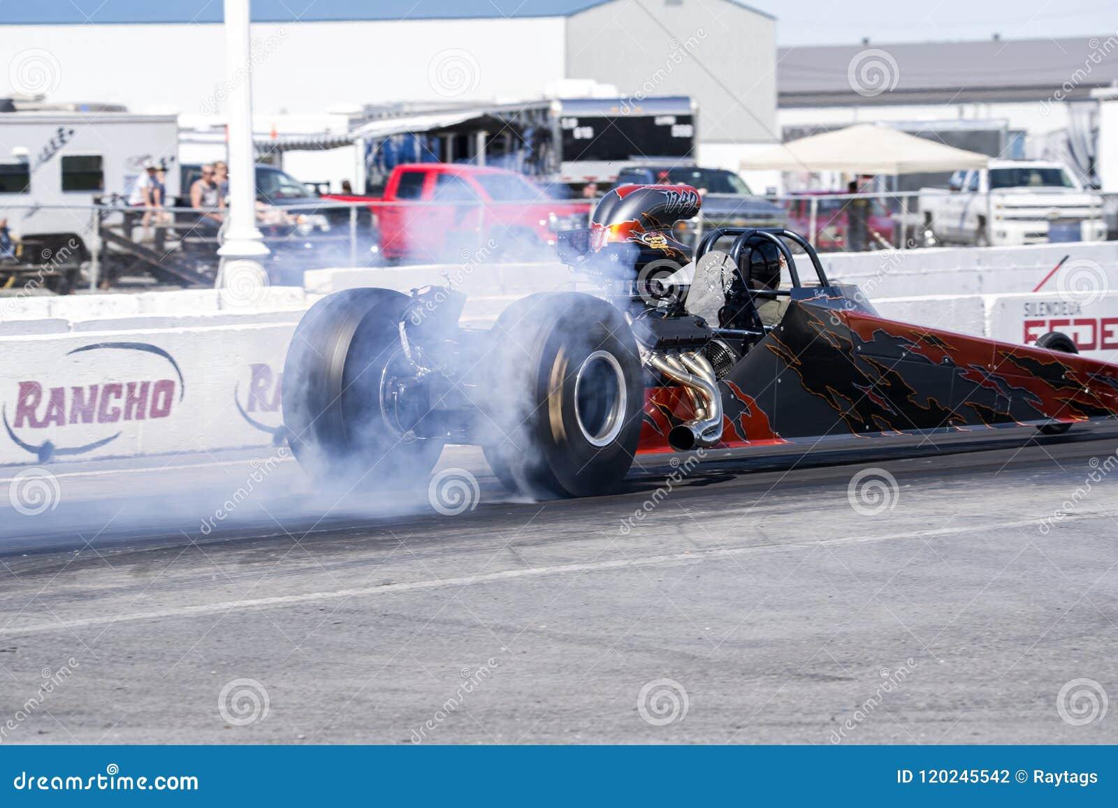 Dragster che fa burnout sulla pista