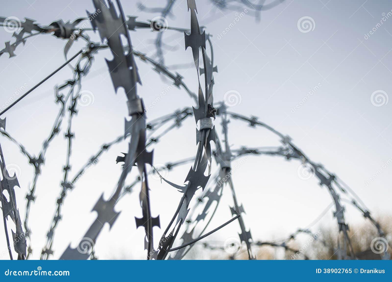 Draht Mit Stacheln Versehen Scharf Sicherheit Zaun System Stock ...
