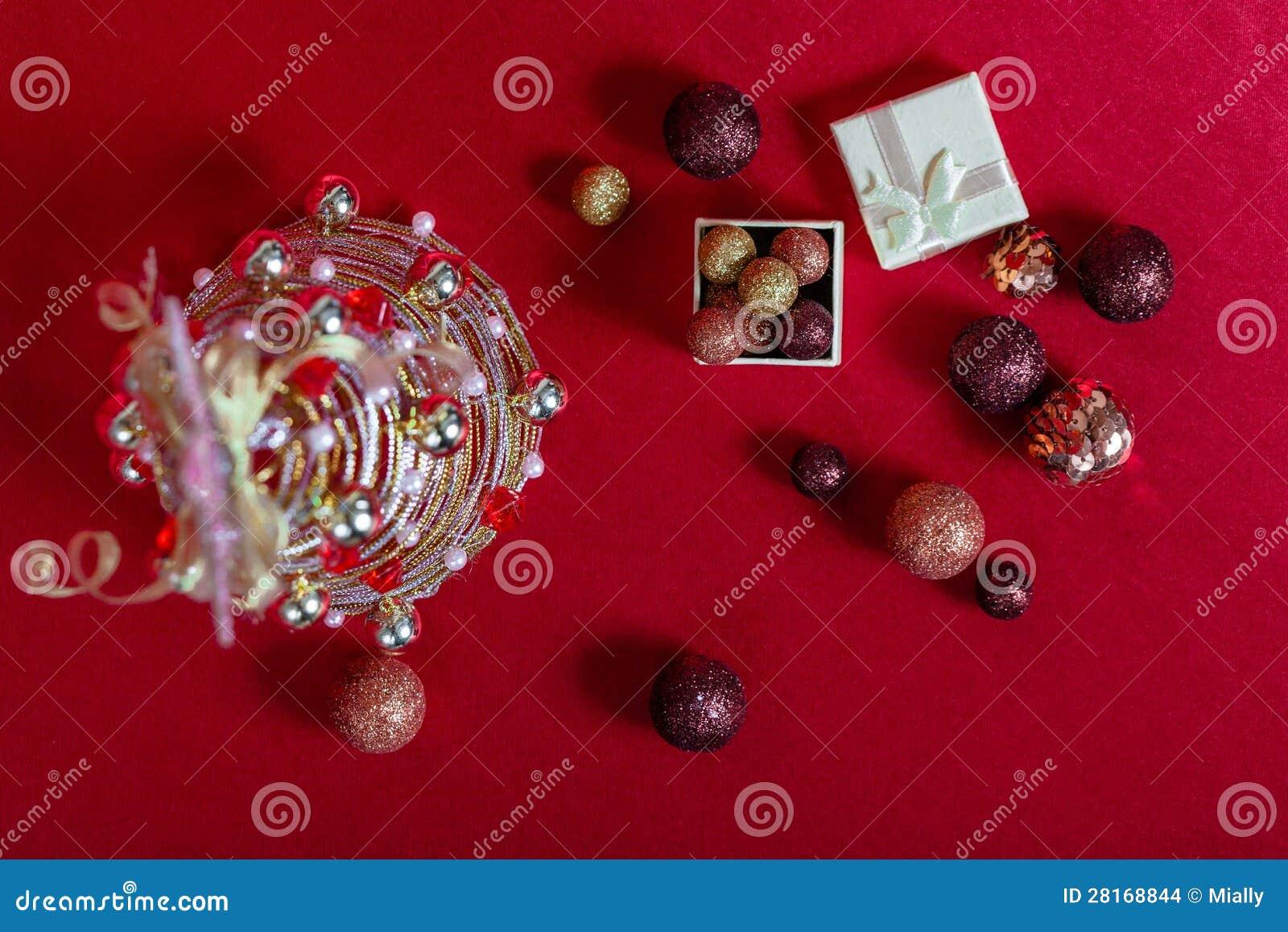 Draht-Weihnachtsbaum Auf Rotem Hintergrund Stockfoto - Bild von ...