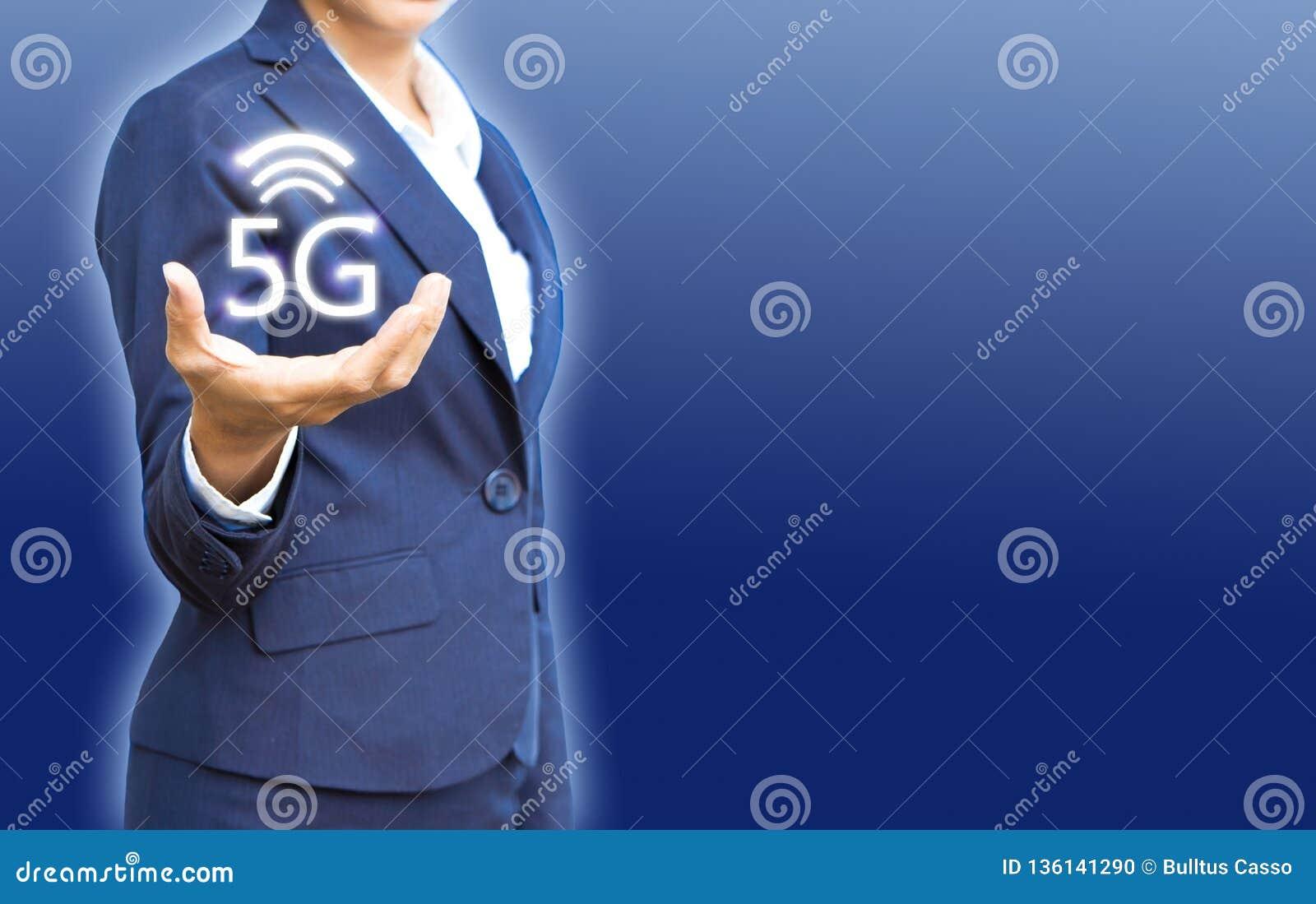 Drahtlose Netzwerke 5G in den Geschäftsleuten übergeben Show für neue Verbindungen mit Kopienraum