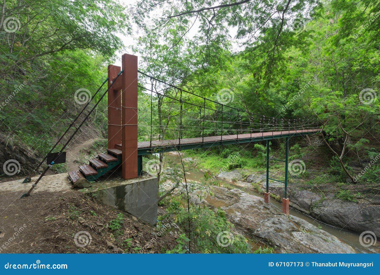 Drahtseilbrücke stockbild. Bild von hölzern, holz, betrieb - 67107173