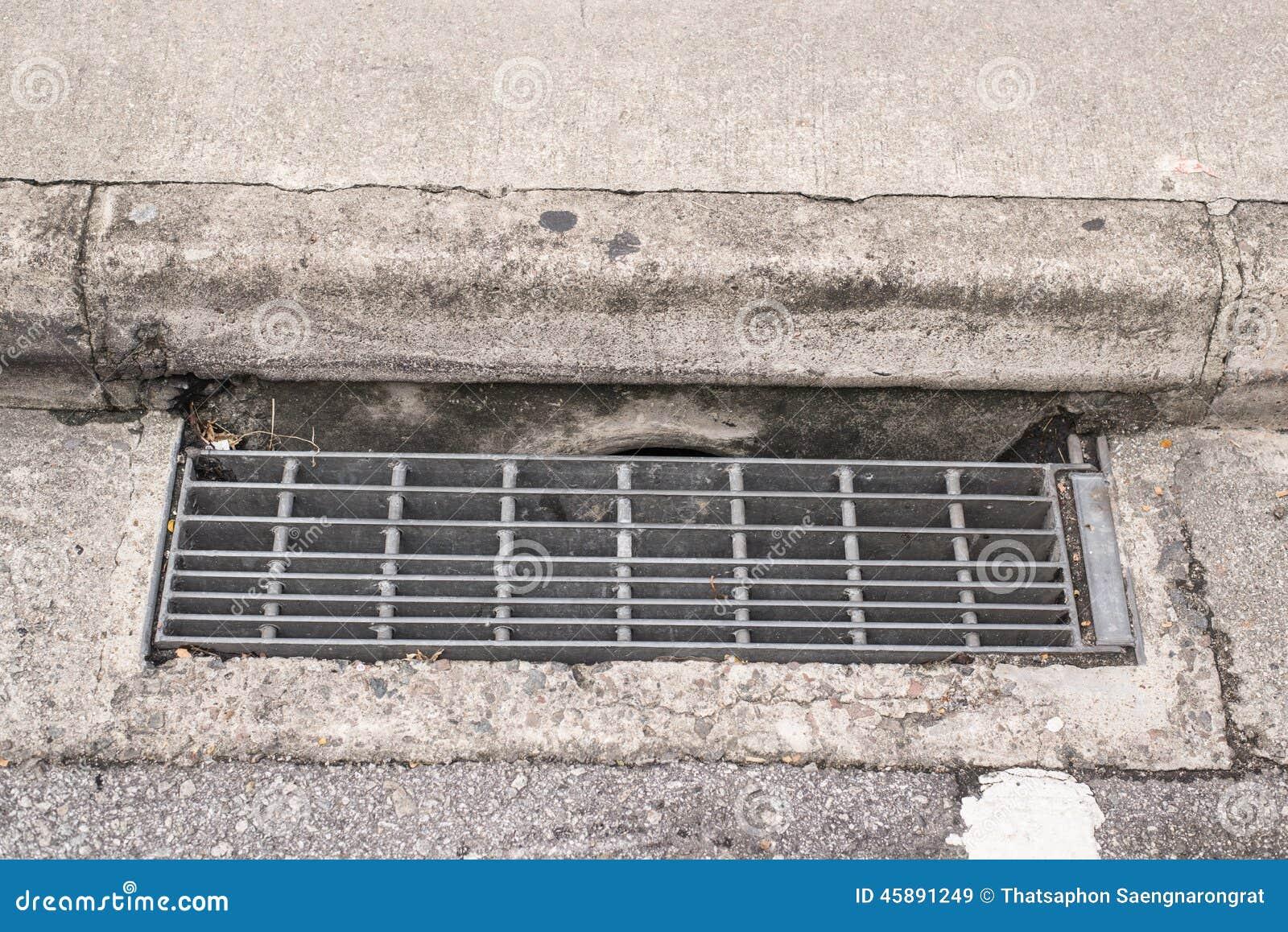 drain de l 39 eau et de pluie de grille d 39 gout photo stock image 45891249. Black Bedroom Furniture Sets. Home Design Ideas