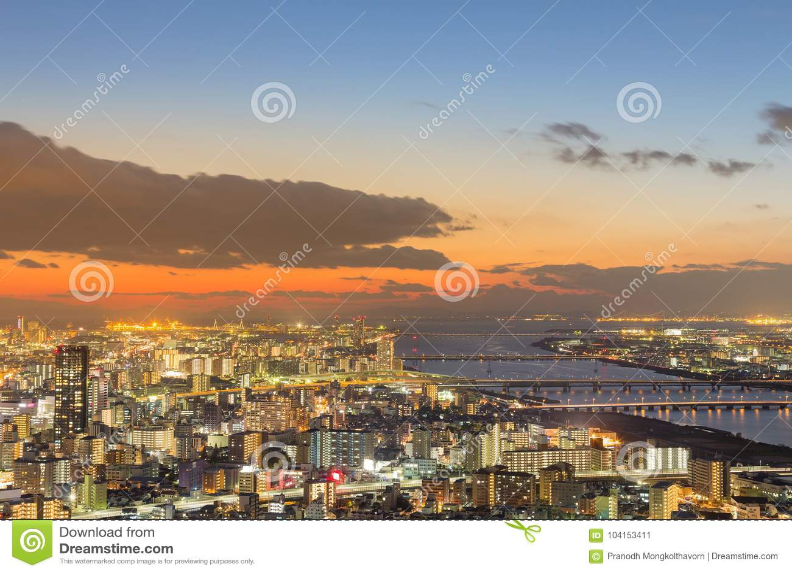 Dramático después de cielo de la puesta del sol sobre Osaka