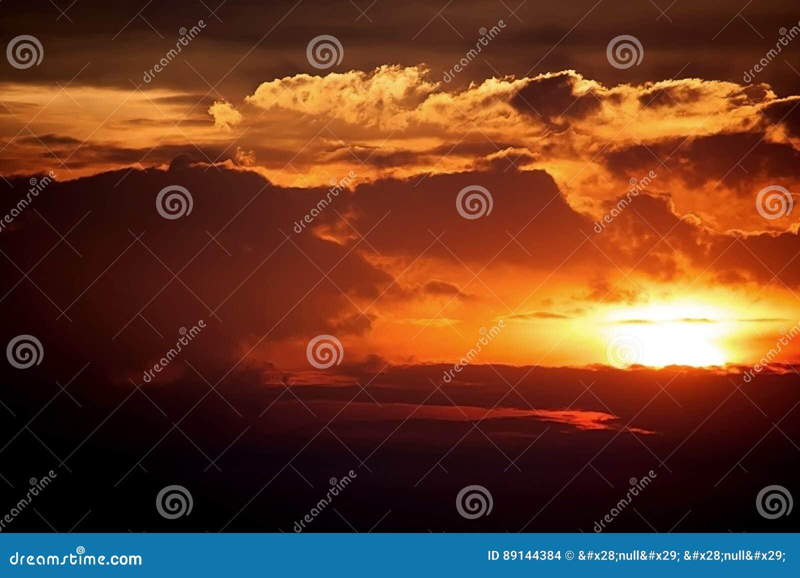 Dramatique et puissant du ciel et des nuages de coucher du soleil