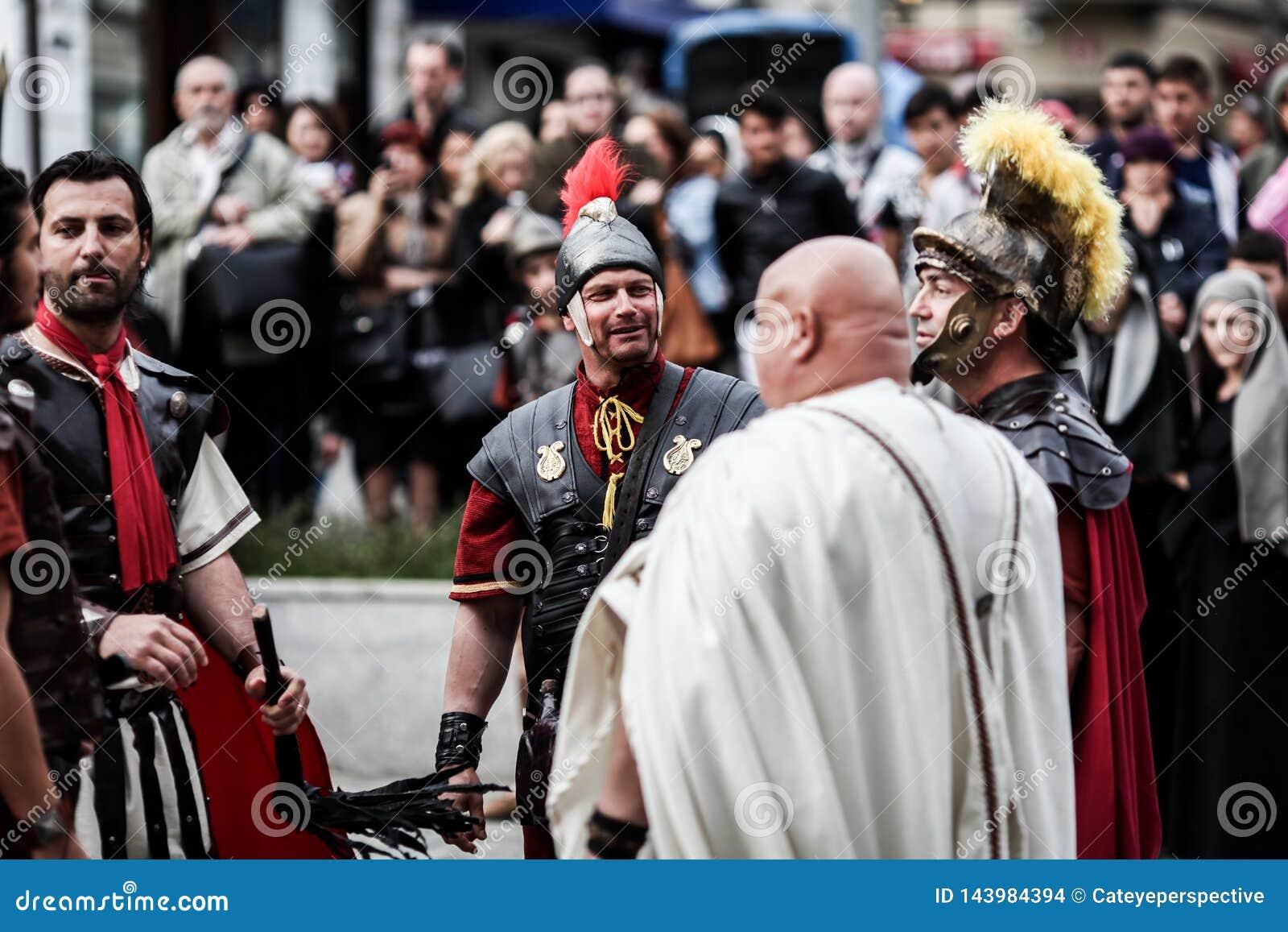 Dramatisation por atores da paixão de Cristo - drama, tortura e crucificação de Jesus Christ pelos romanos