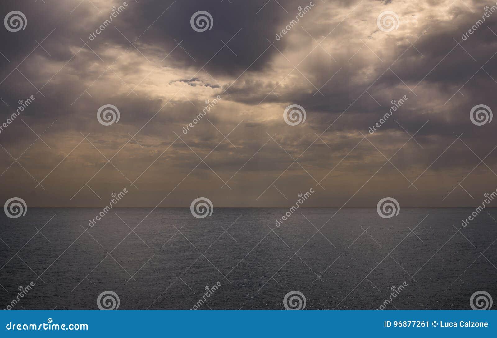 Dramatisch oceaanlandschap