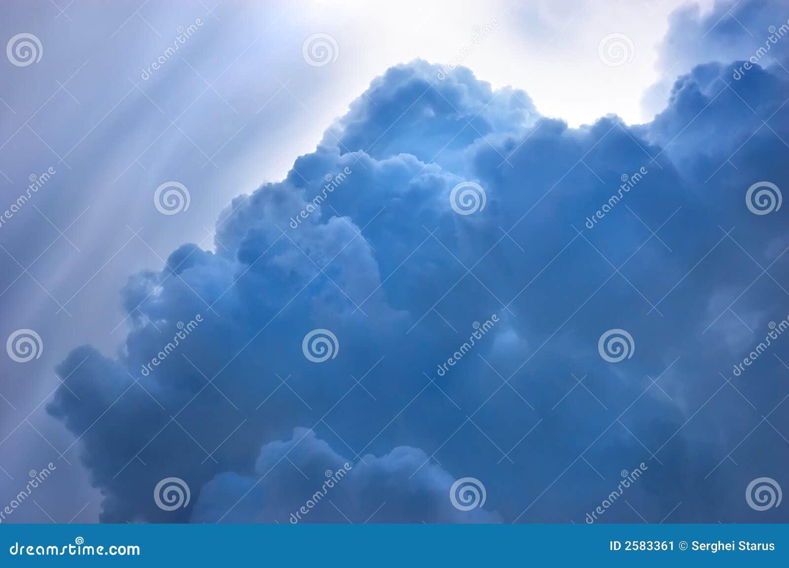 Dramatische blauwe cloudscape